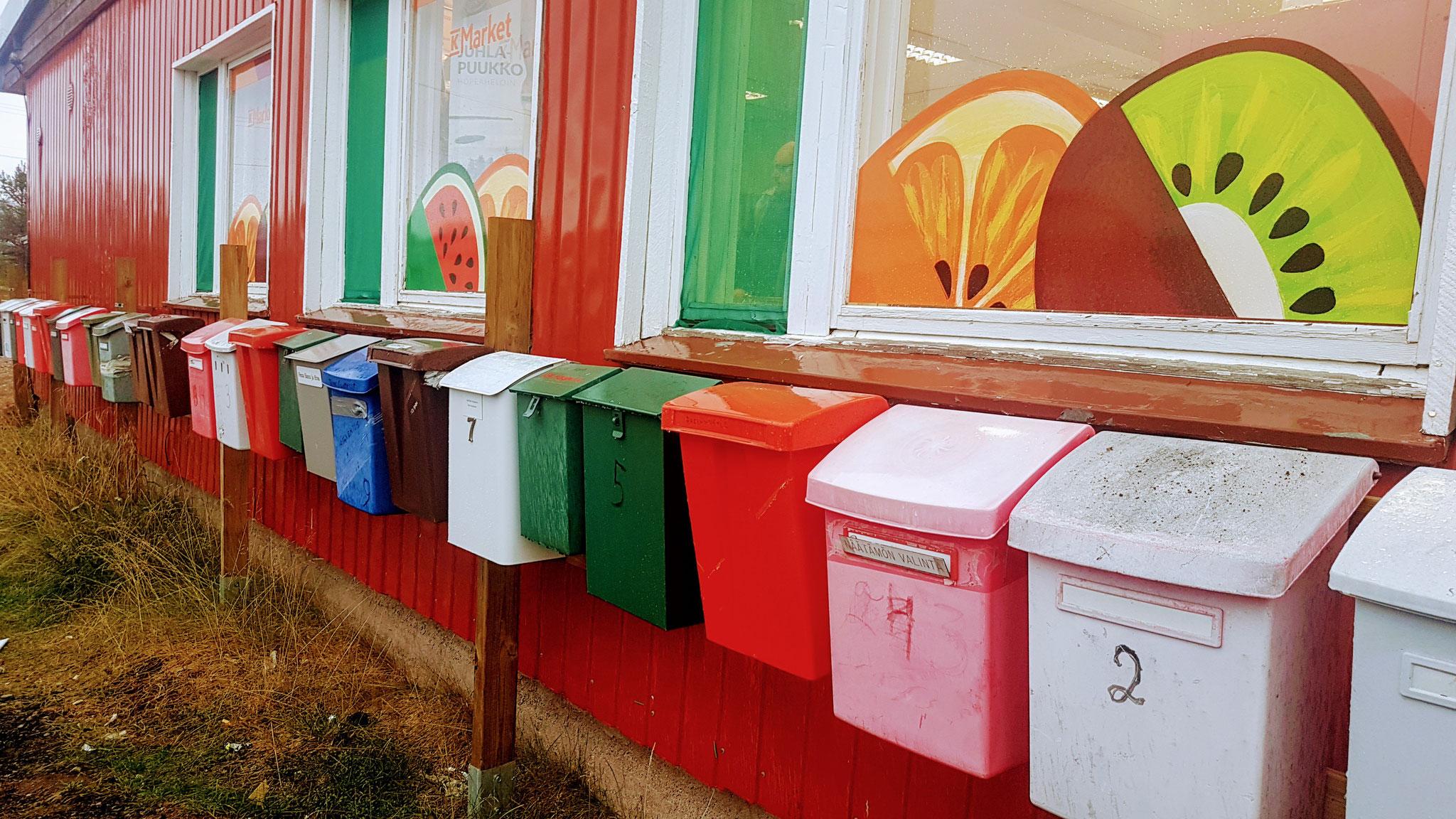 Hier sind wohl die Briefkästen des gesamten Dorfes beim Supermarkt deponiert