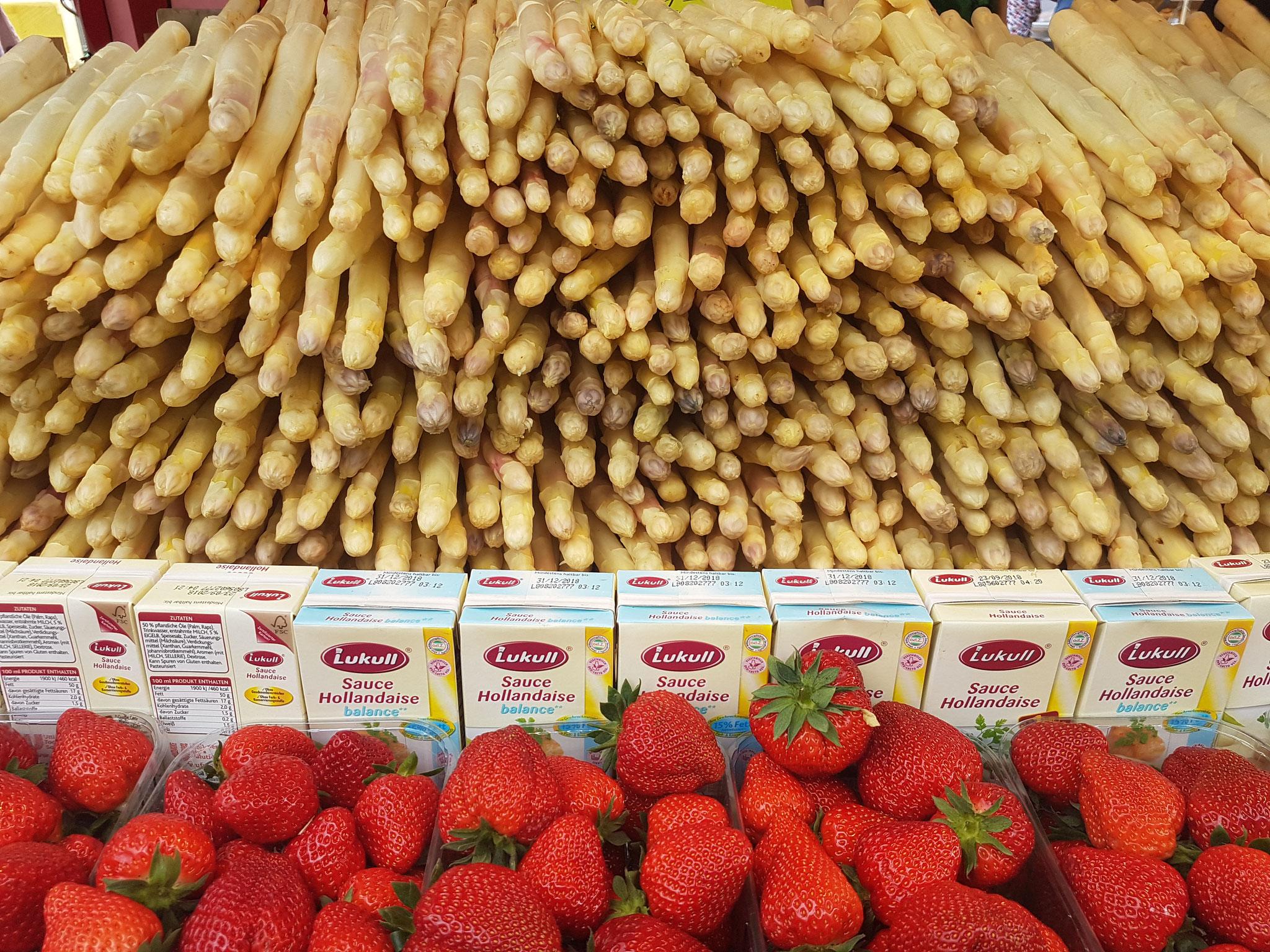Spargel und Erdbeeren gab es an jeder Ecke. Und die waren sooooo lecker....