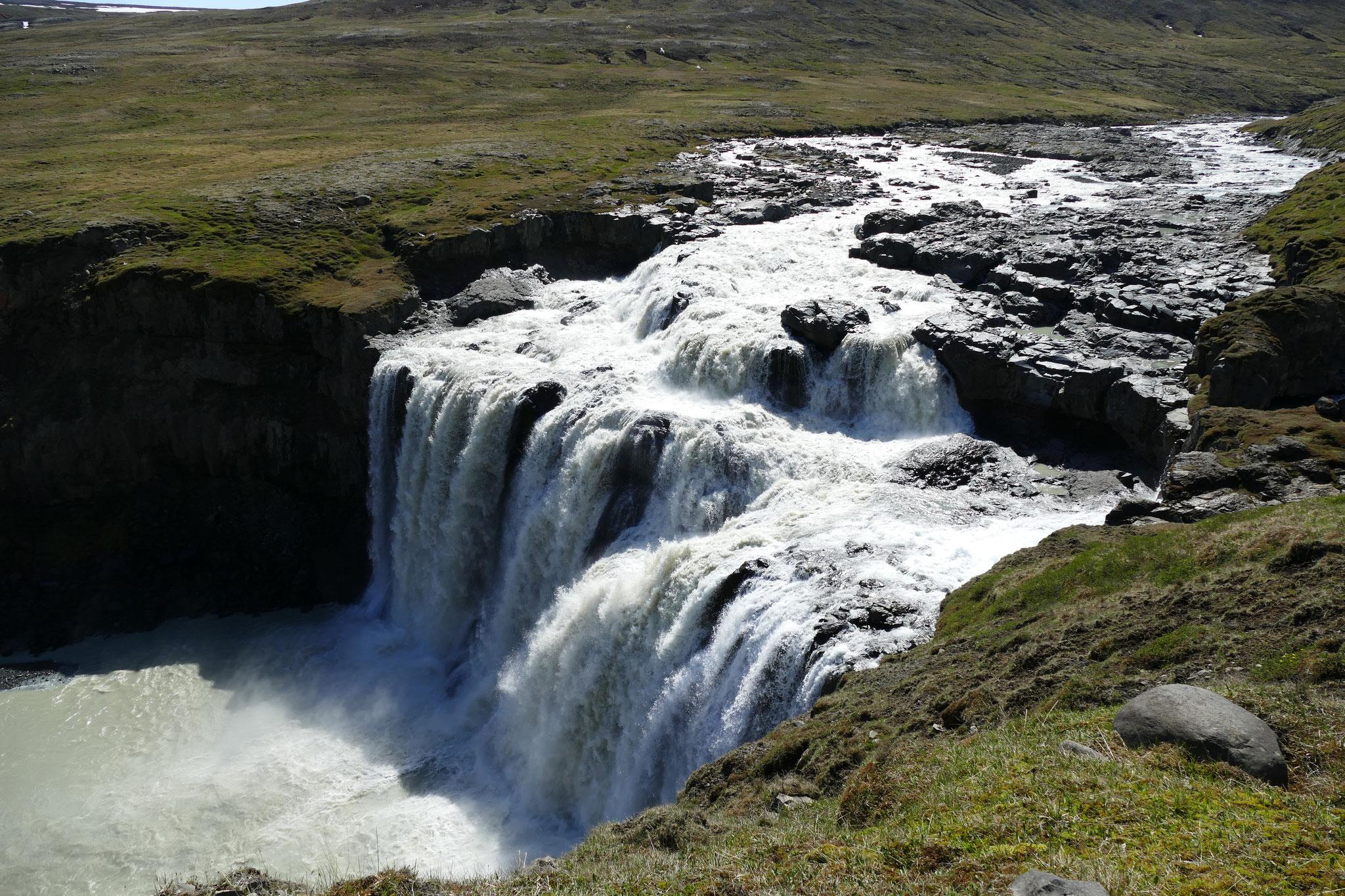 Kleiner aber feiner Wasserfall bei Laugarfell