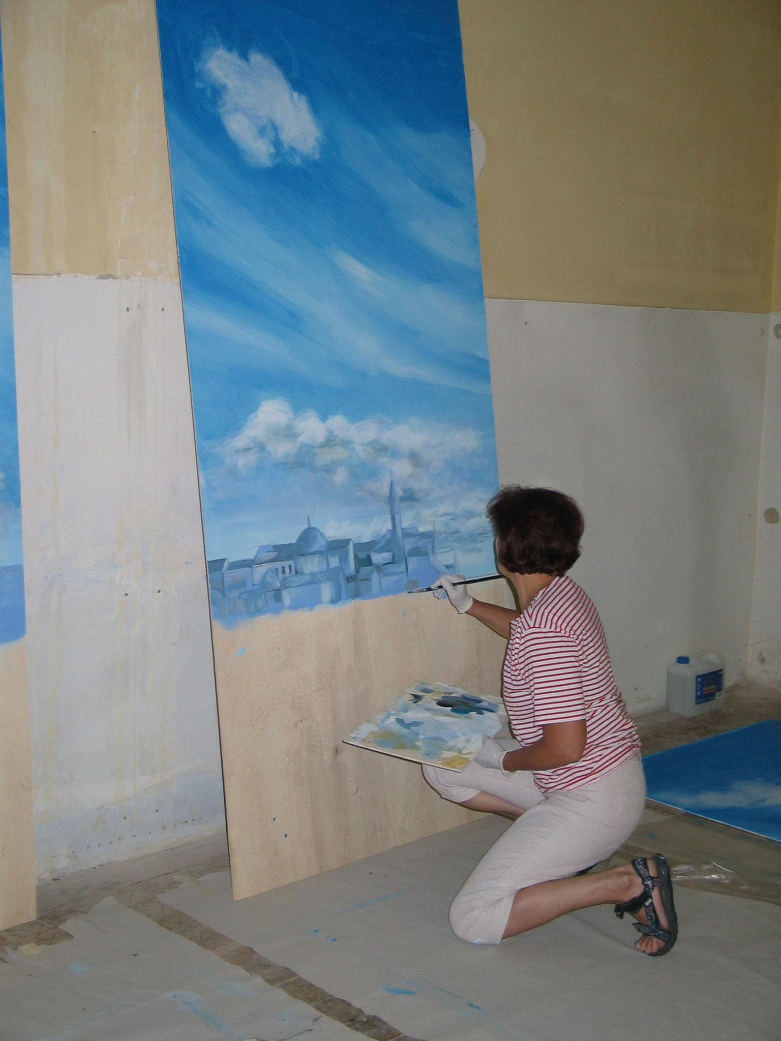 Annemarie Inthaler beim Malen der Kulissen zu VOLPONE 2005