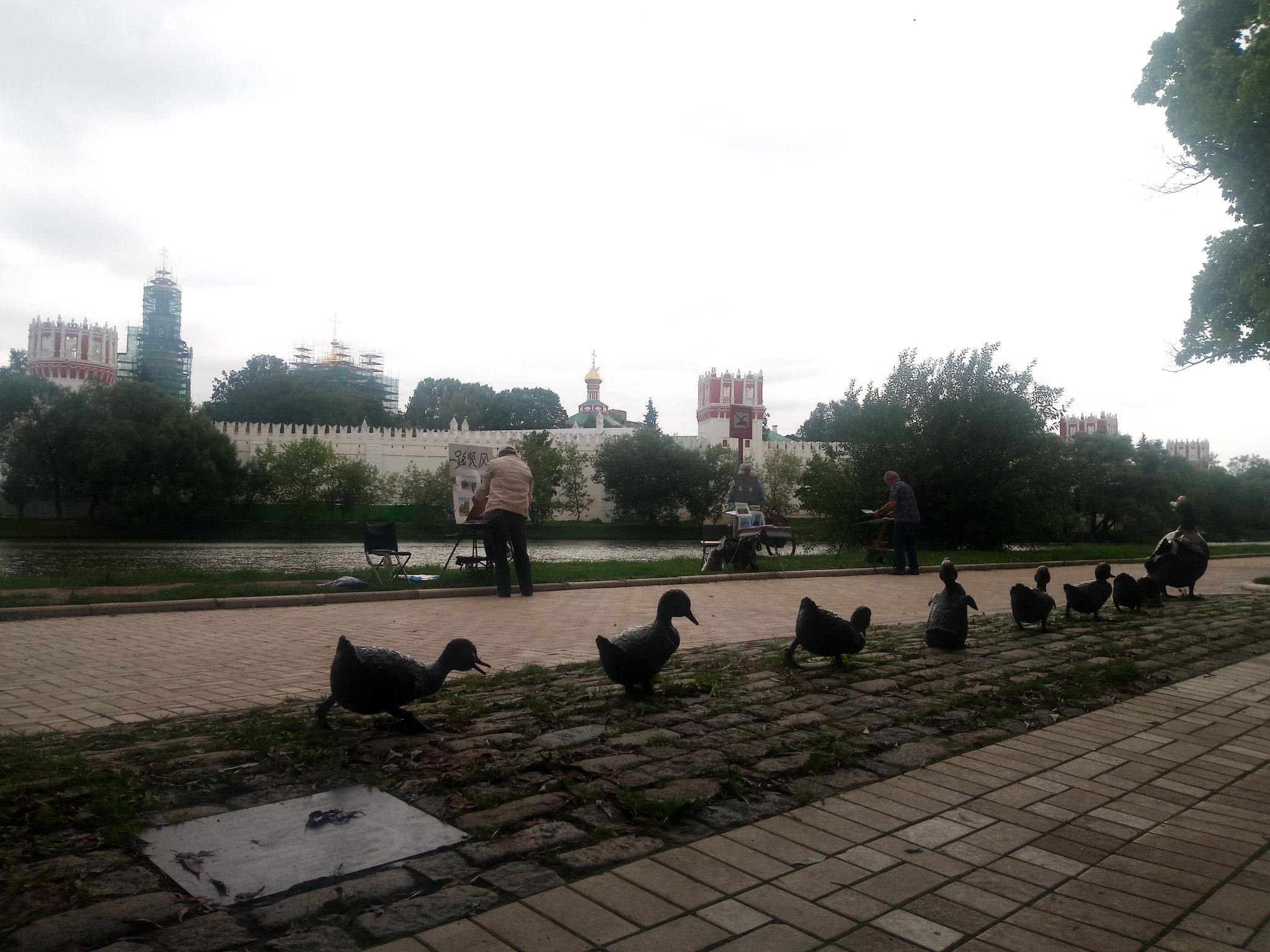 Make Way for Duckling et en arrière plan le couvent de Novodievitchi