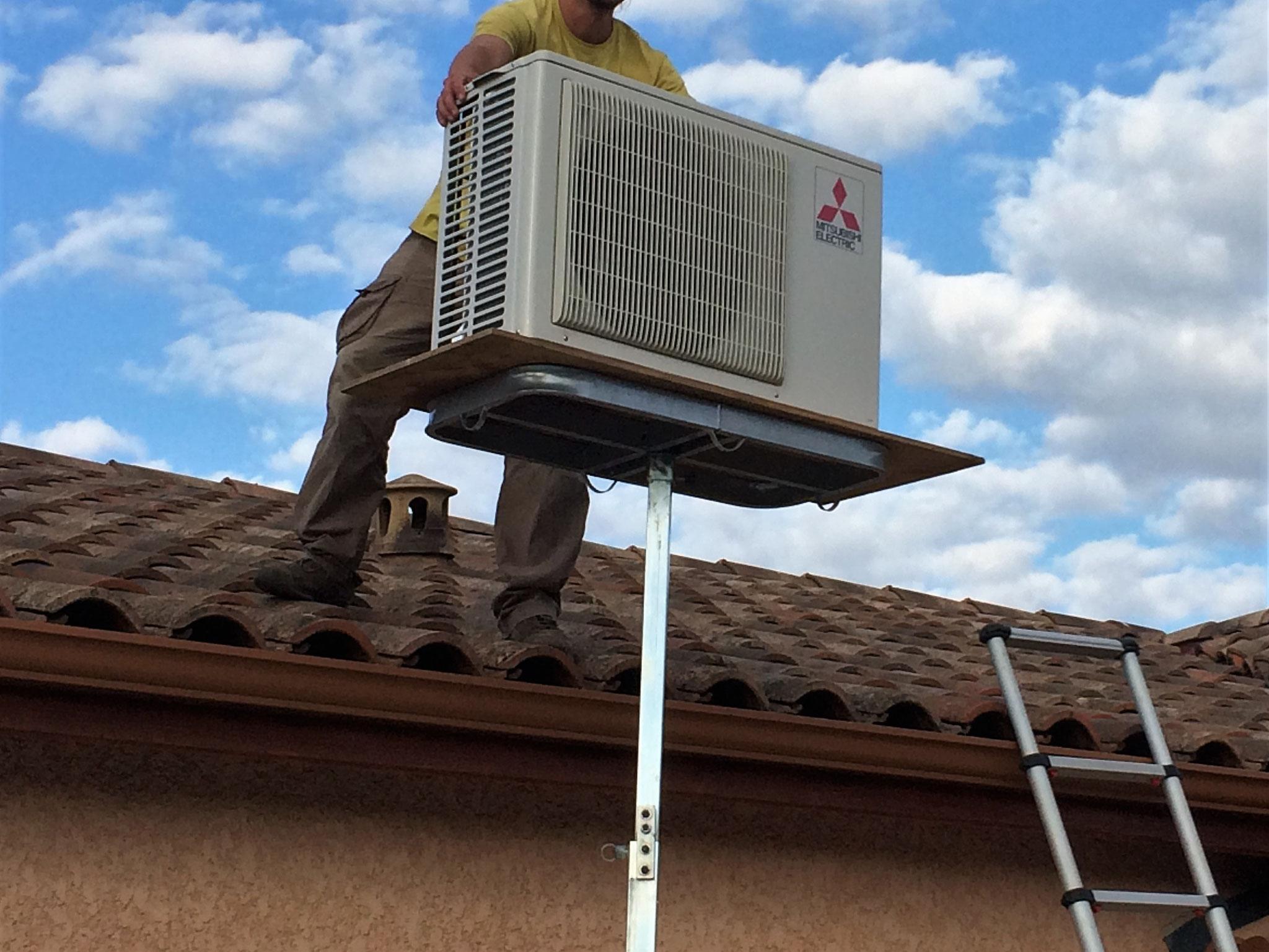 Installation d'une climatisation sur toiture à l'aide d'un élévateur manuel