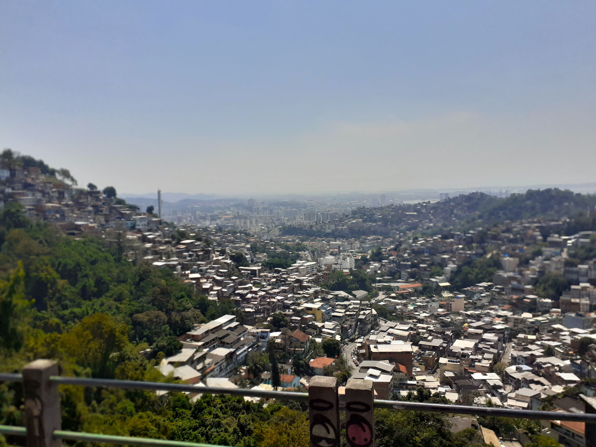Favelas an den Hängen über Rio de Janeiro