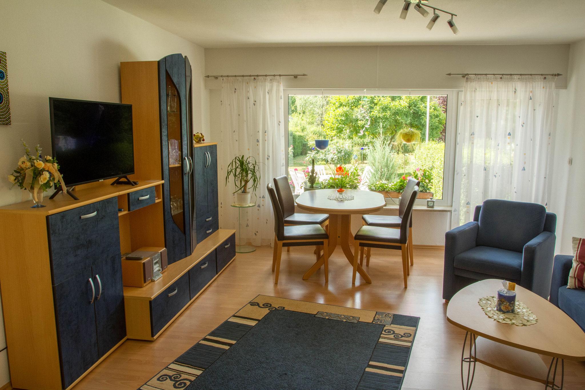 Das Wohnzimmer mit Essecke und Blick in den Garten