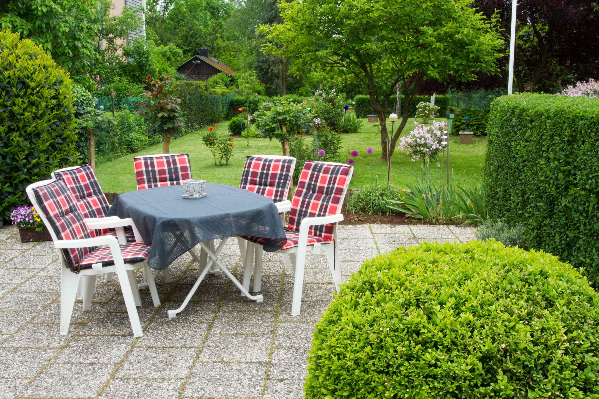Ruhige Terrasse mit Blick in den Garten