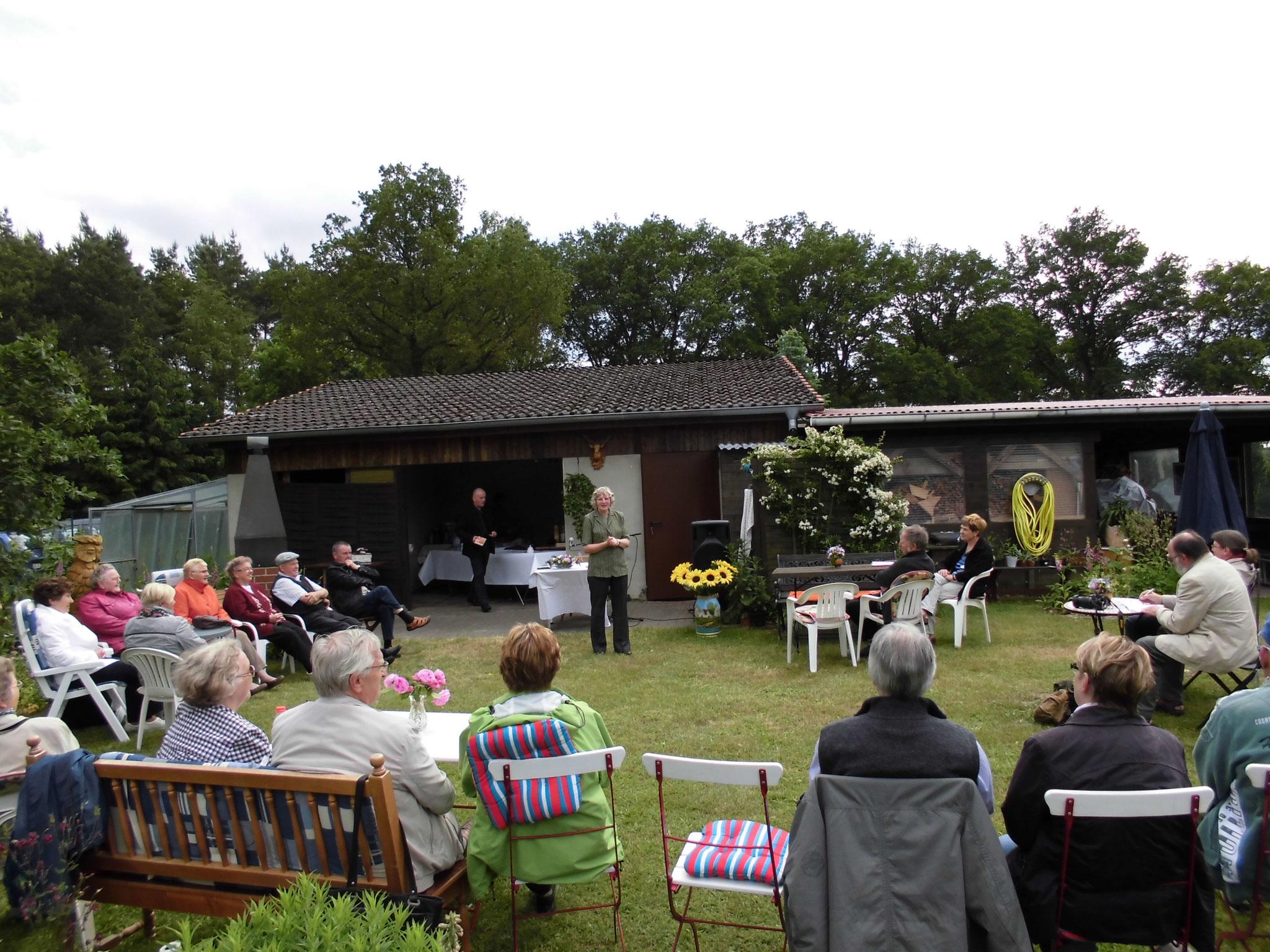 Lesung mit Elke Ferner in ihrem Garten 16.06.2013