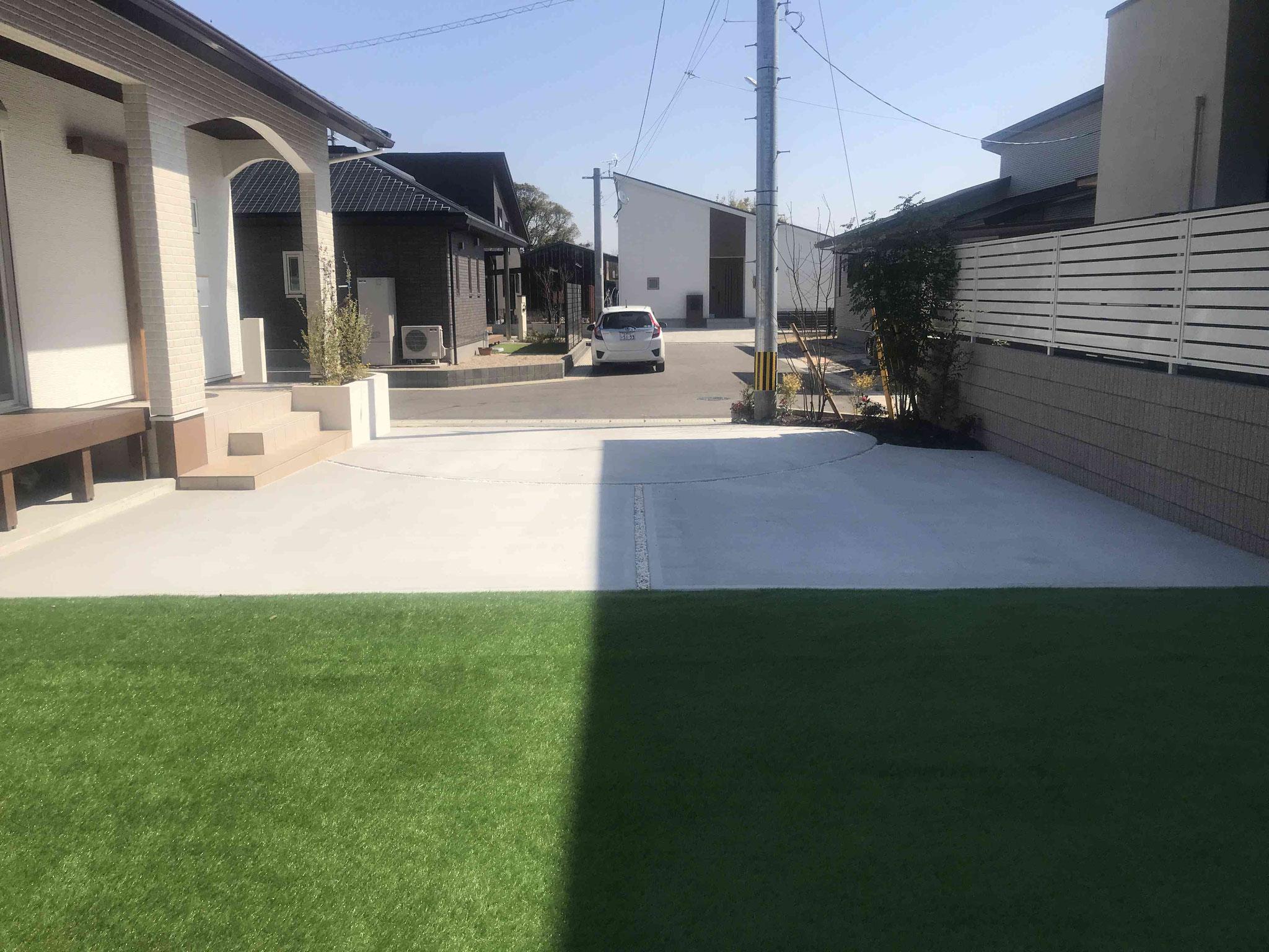 人工芝とコンクリート