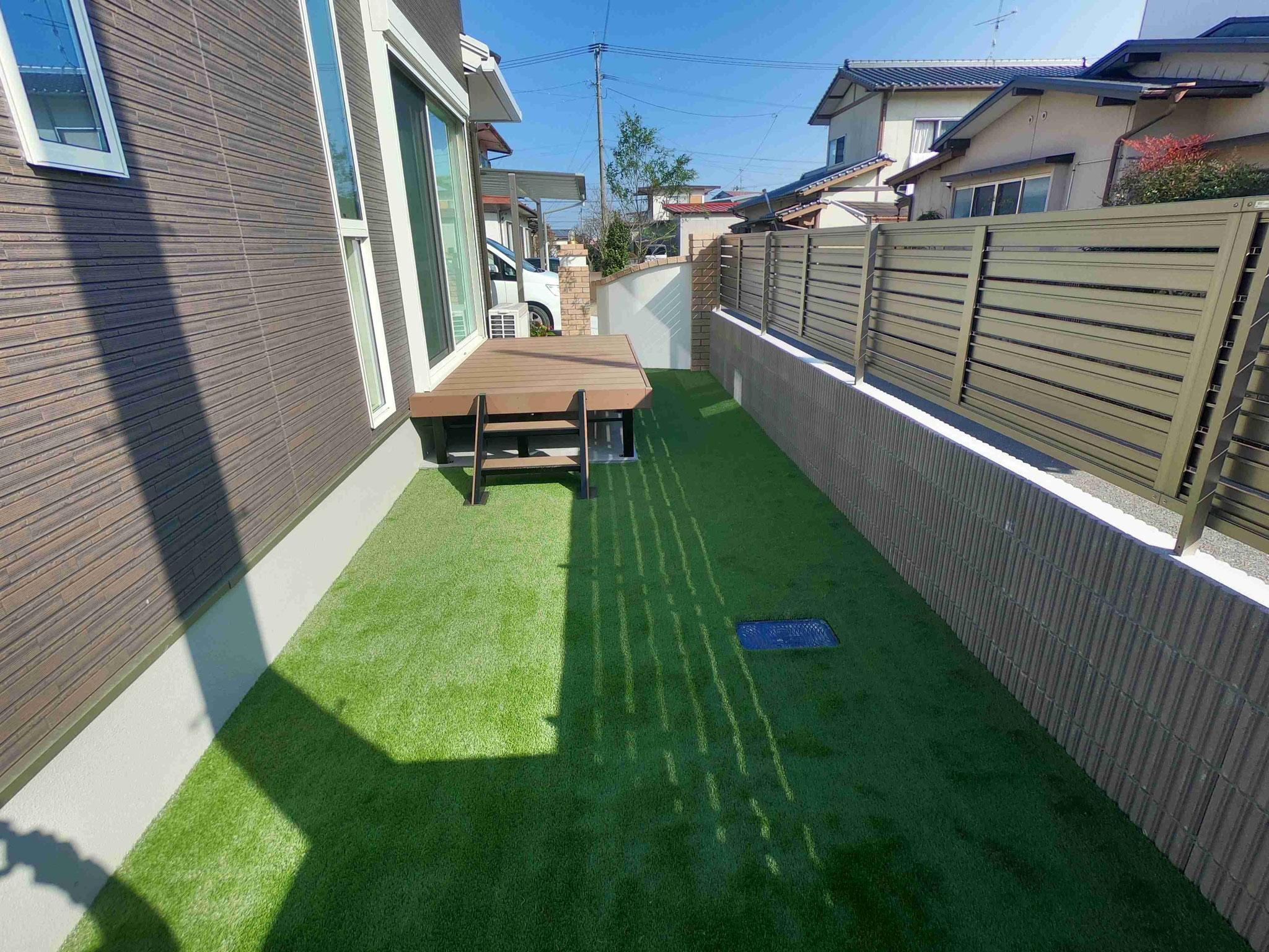 人工芝と樹脂デッキ