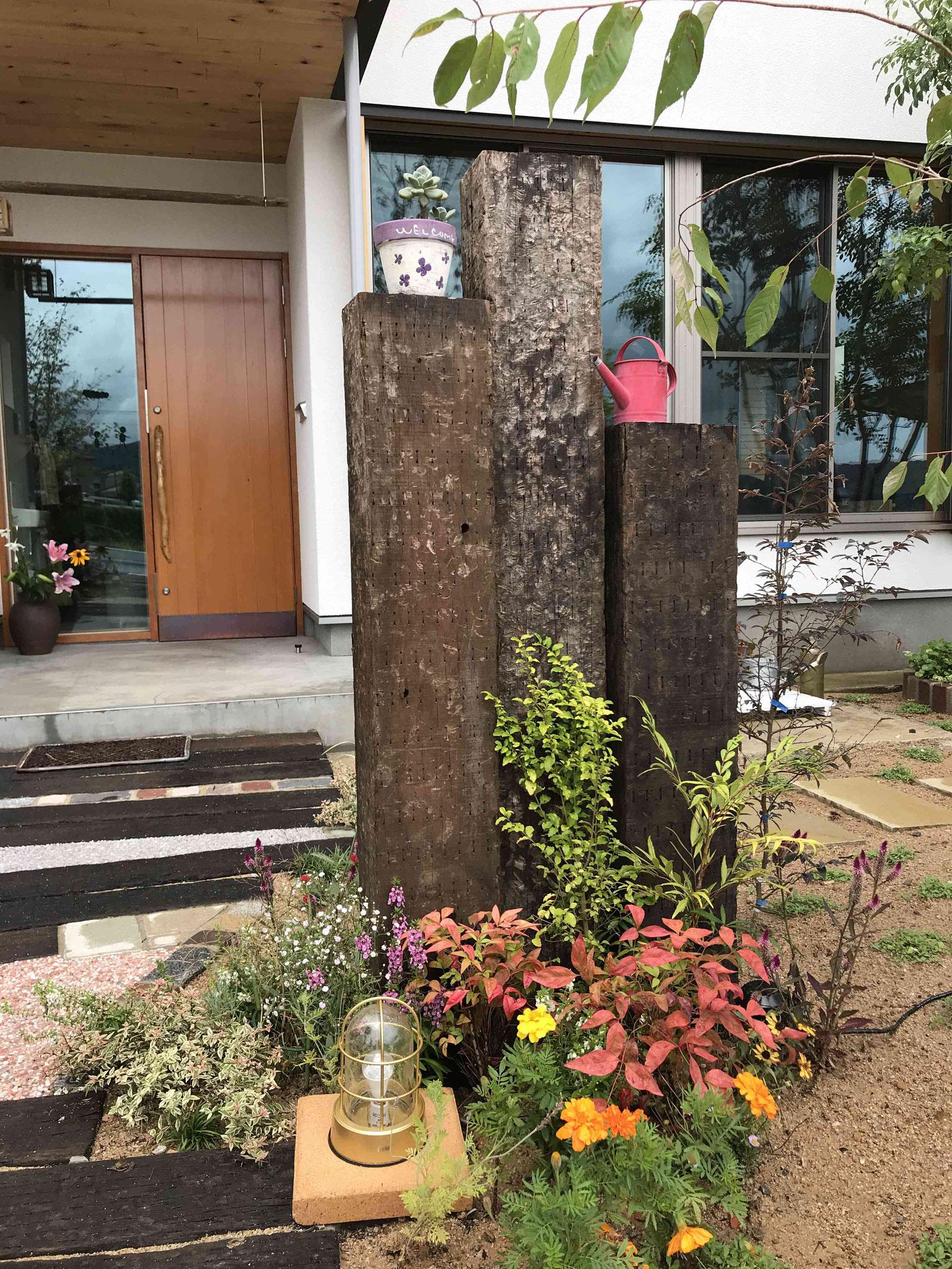 アンティーク枕木の門柱とマリンライト