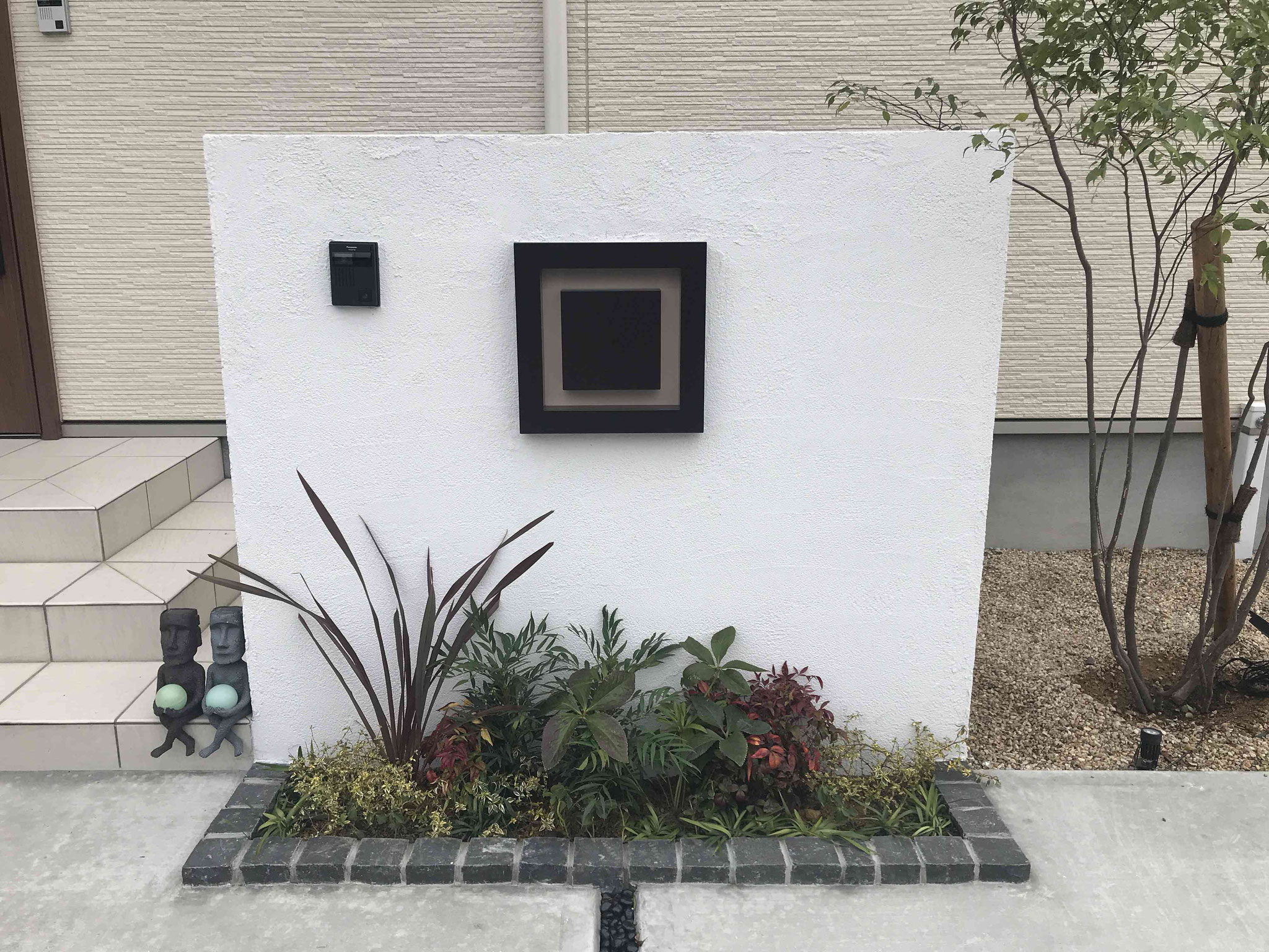 シンプルな門塀に映える植栽