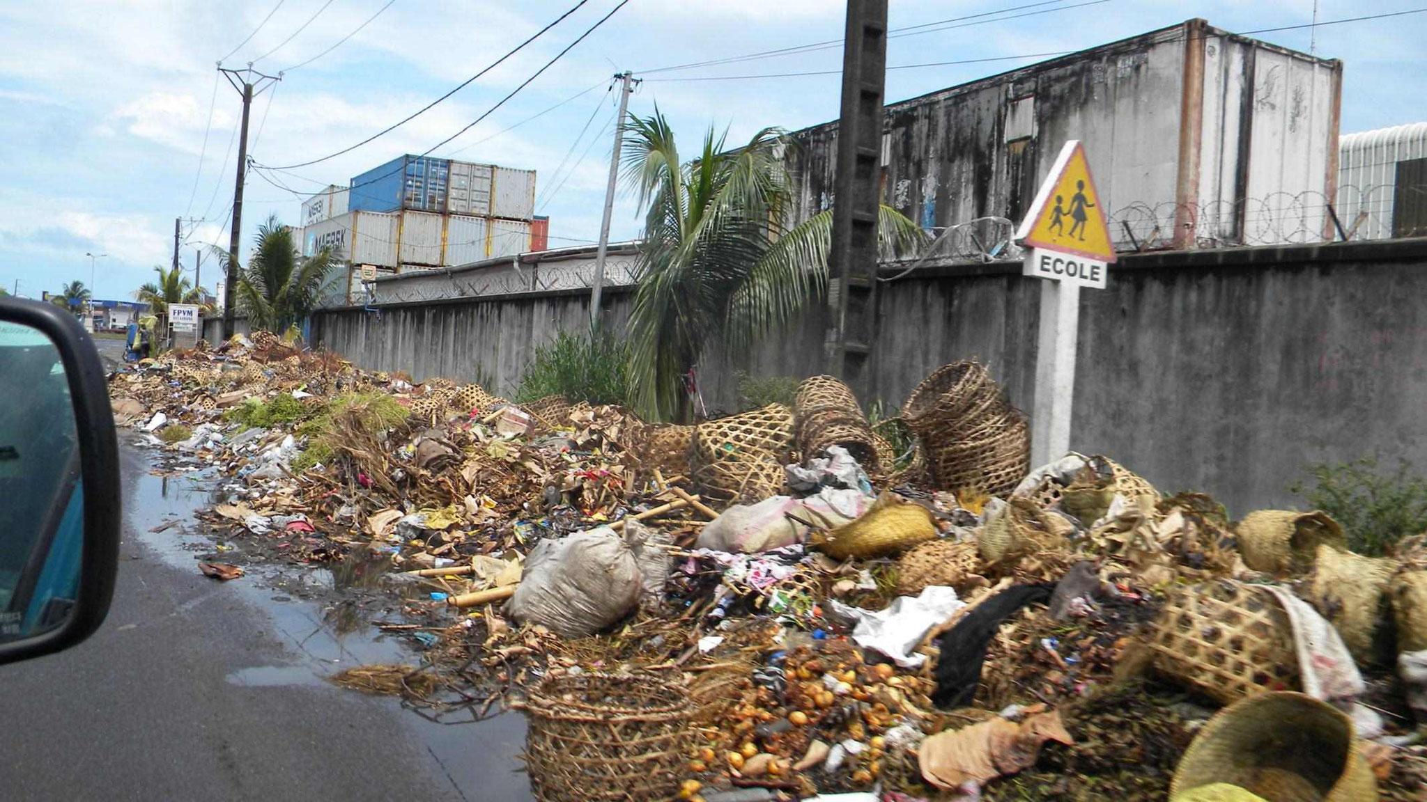 Toamasina - Müllberge am Straßenrand