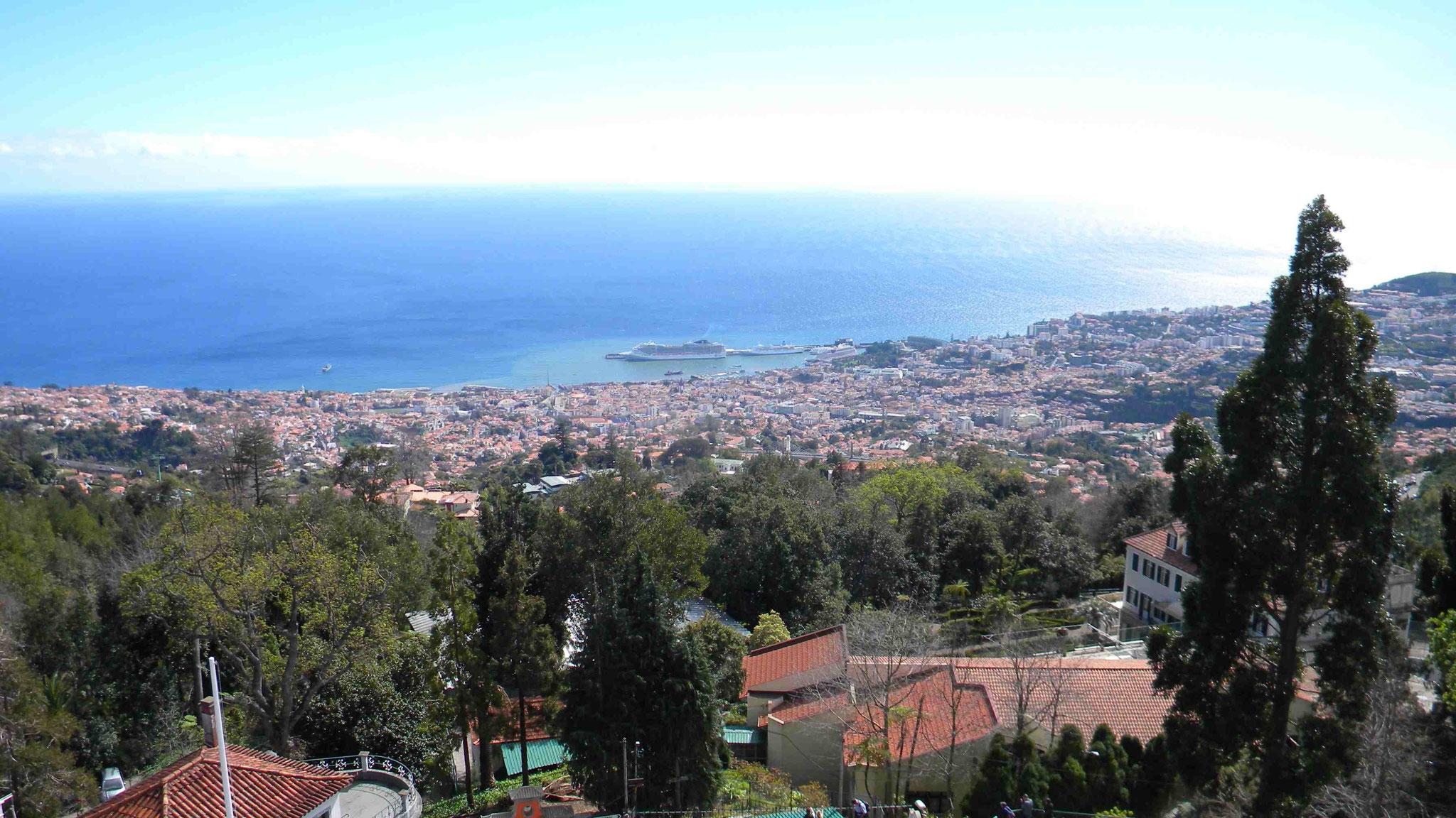 Blick vom der Dachterrasse der Wallfahrtskirche auf Funchal und den Hafen