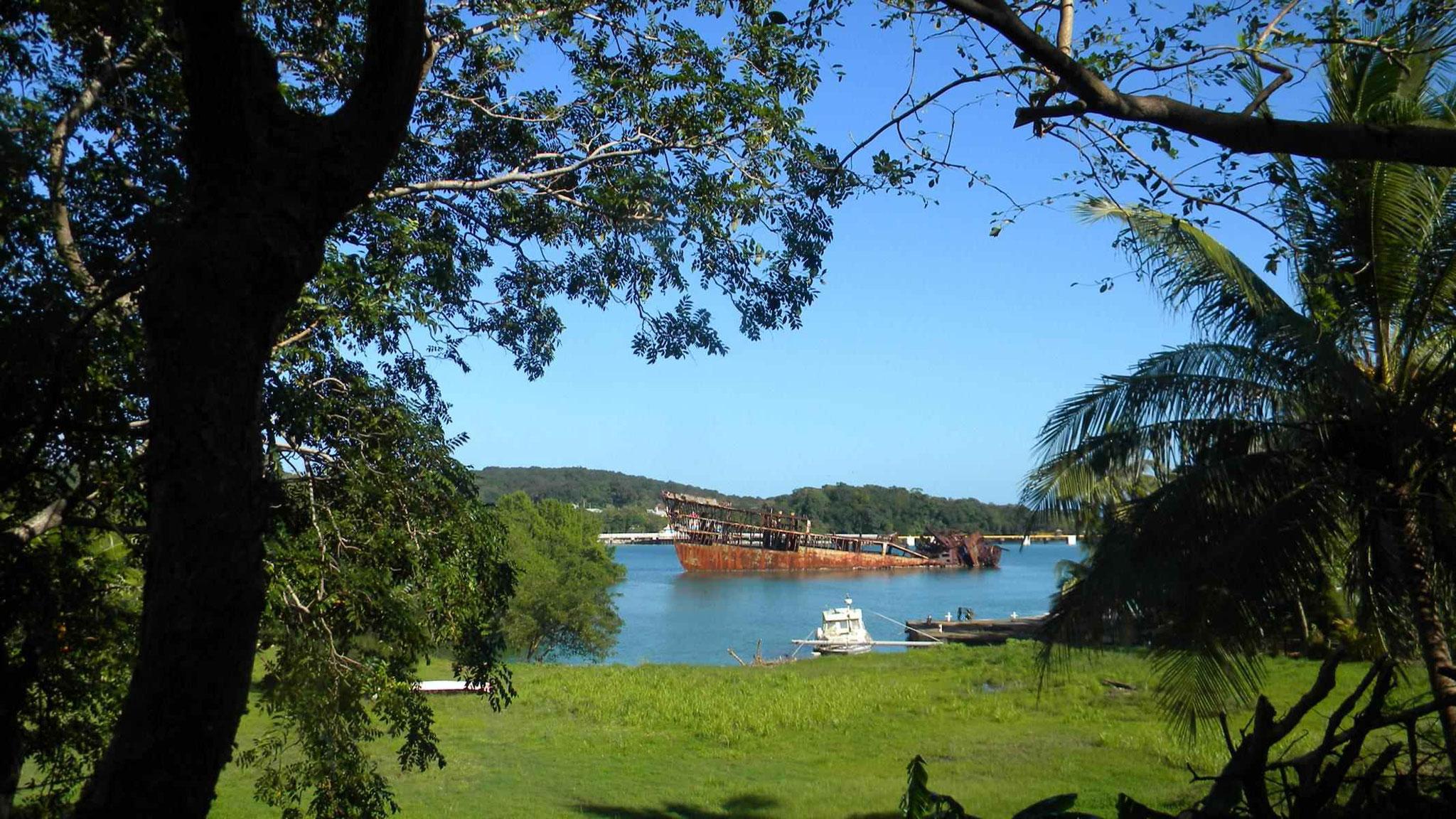 Mahogany Bay im Hintergrund