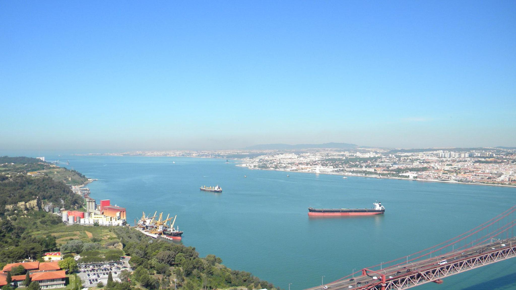 Blick zur Mündung des Tejo in den Atlantik