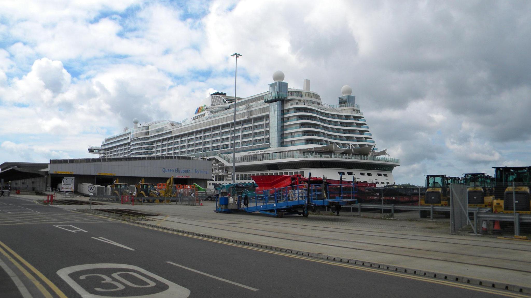 AIDAperla am QEII Cruise Terminal