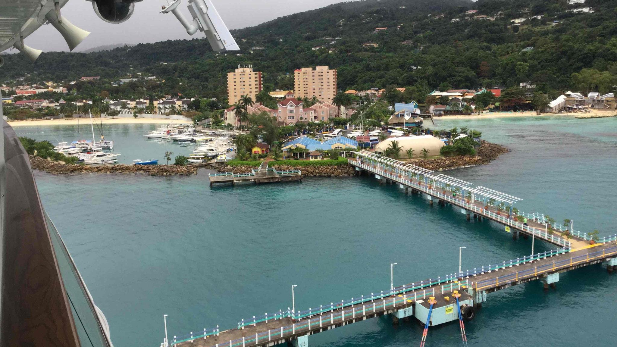 Blick vom Schiff auf den Ocho Rios Cruise Terminal