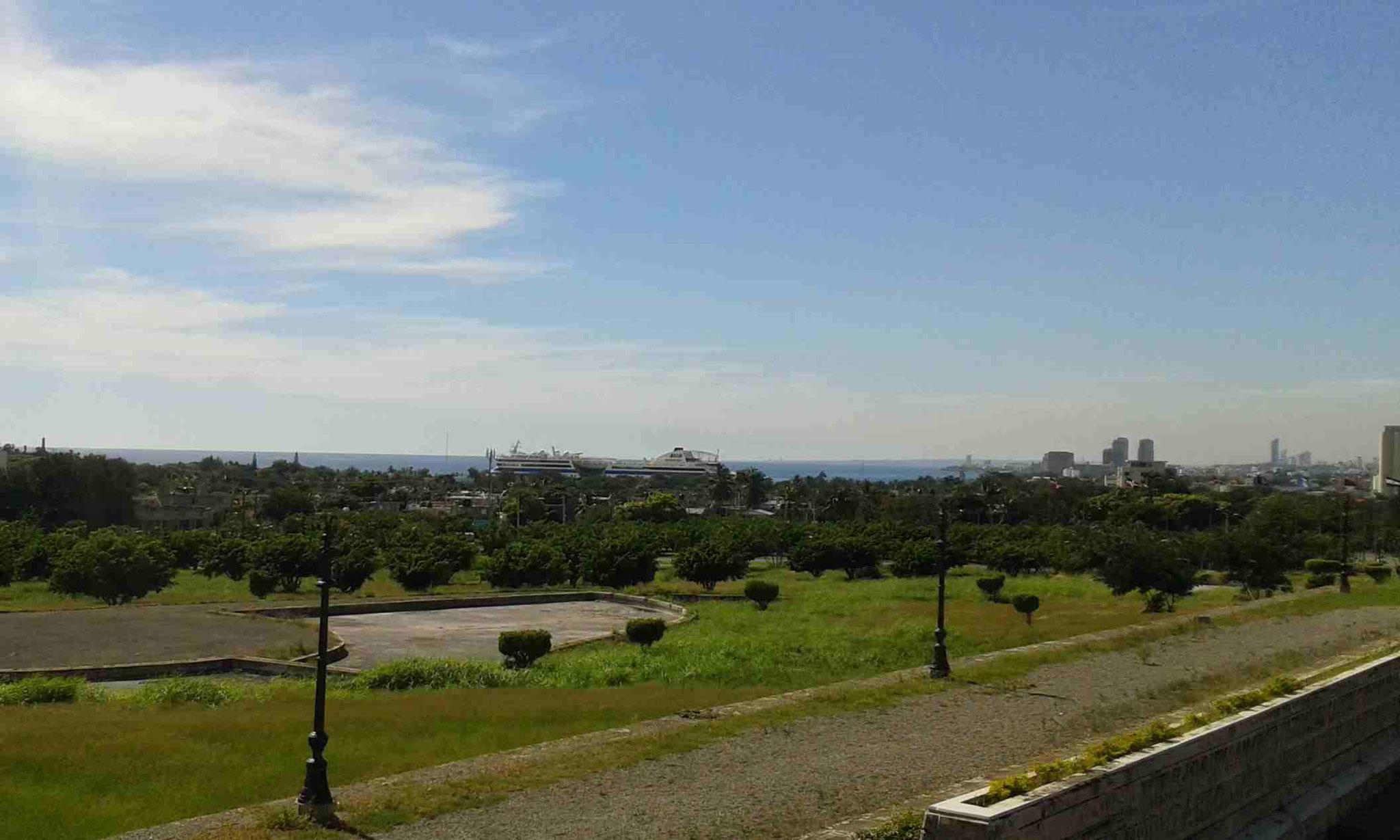 Blick vom Faro a Colon zum Kreuzfahrthafen