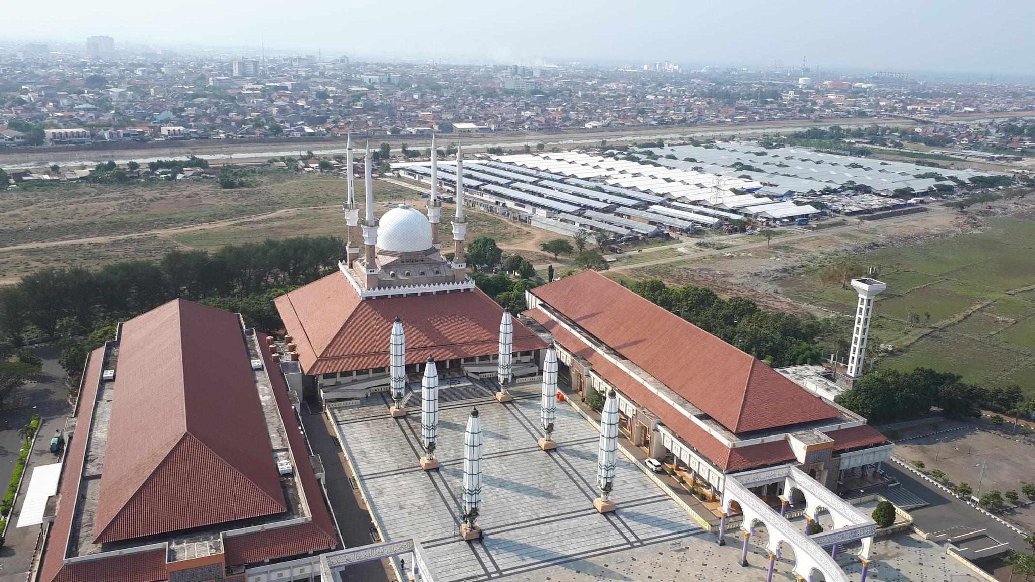 Große Moschee und Markt (rechts im Hintergrund)