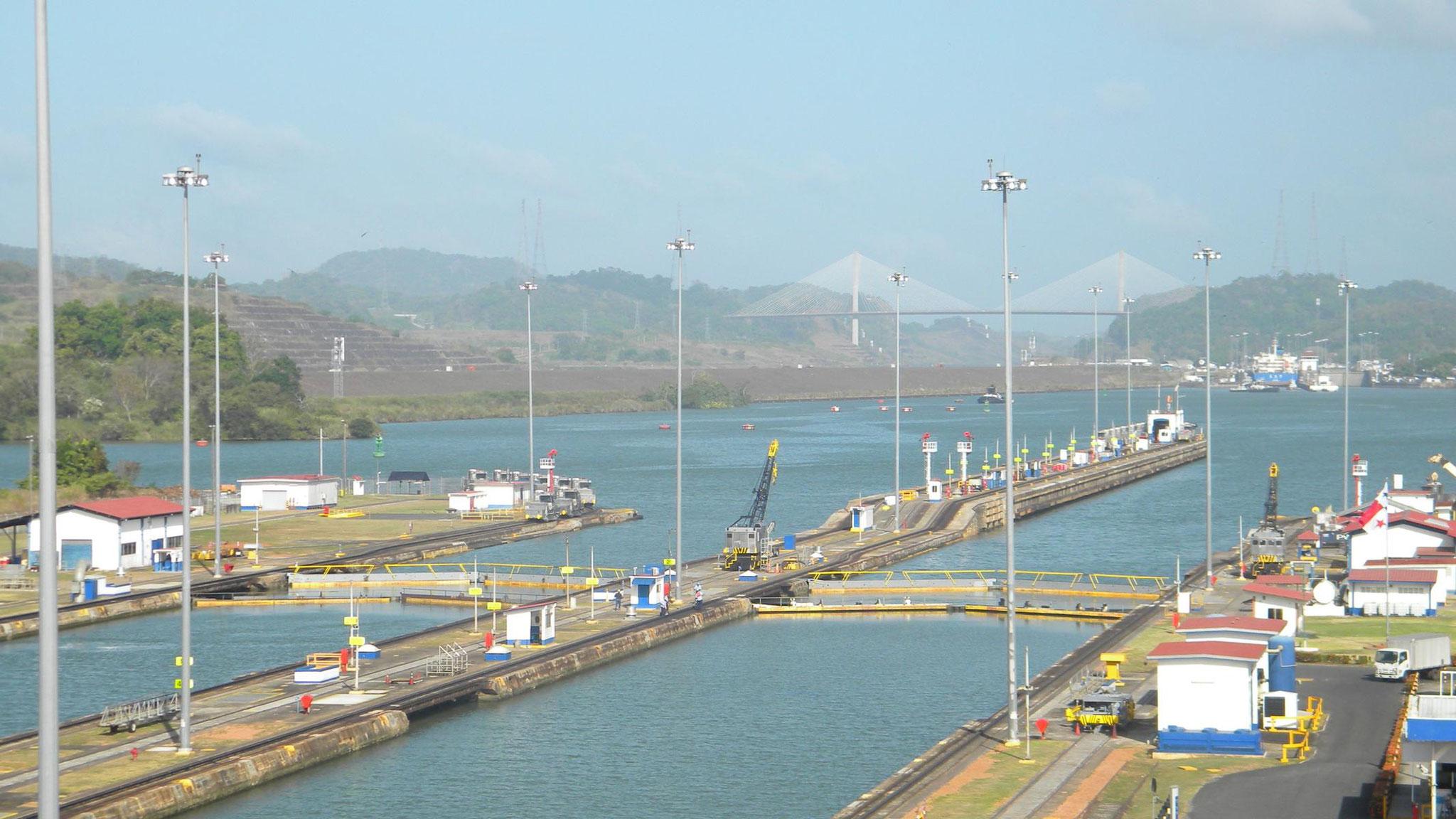 Blick auf die Pedro Miguel Schleuse und die Brücke Puente Centenario