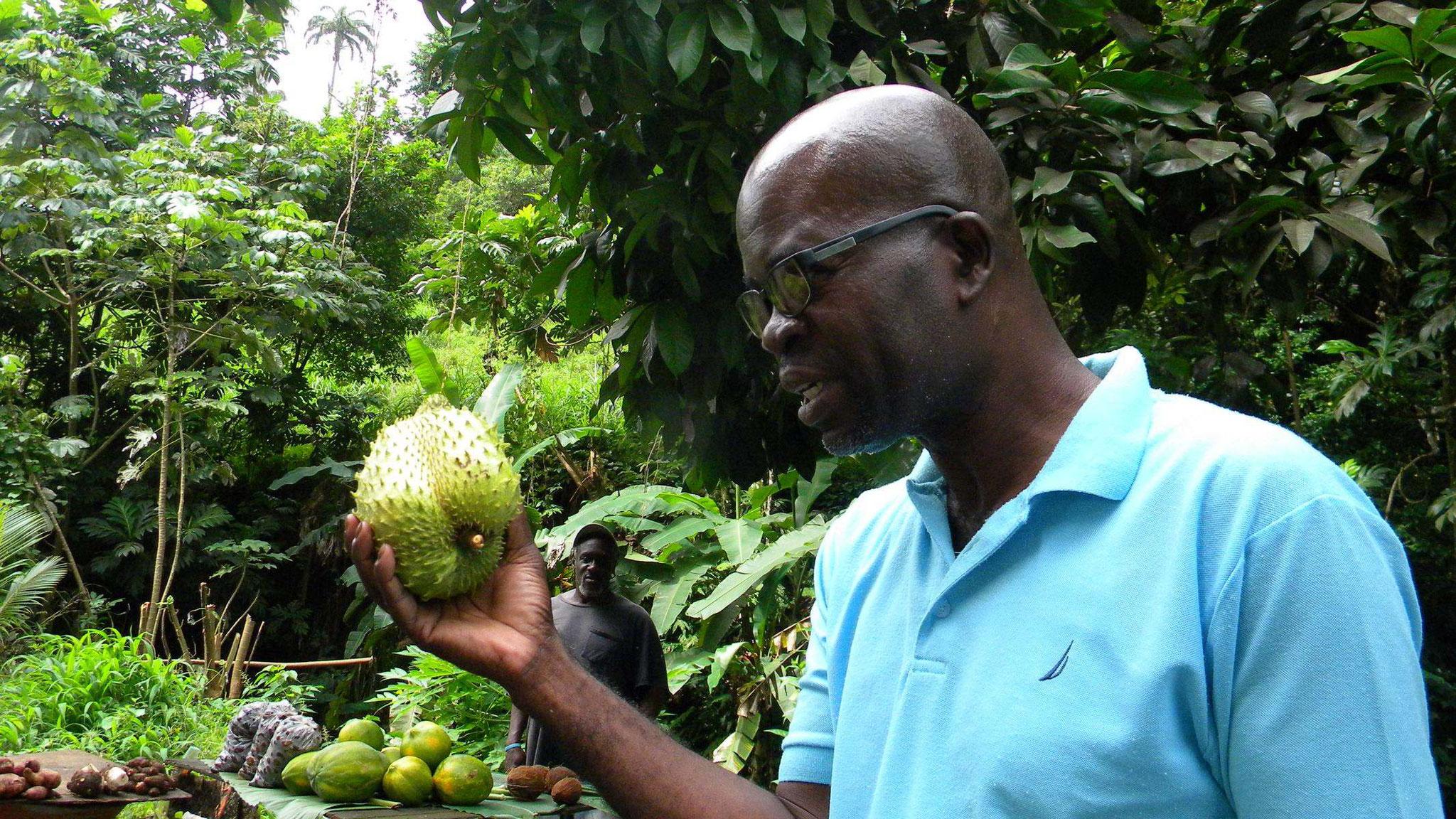 Trunos Fraser mit einer Soursop-Frucht (auch Graviola genannt)