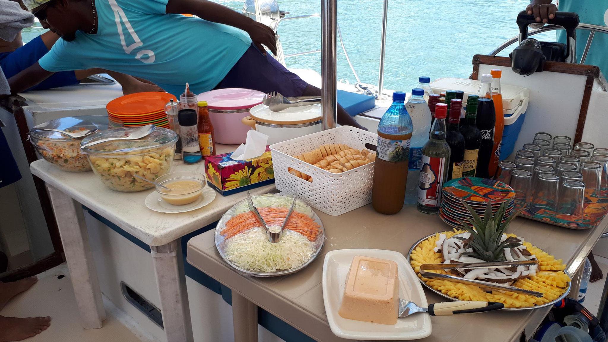 unser Buffet mit Fischpastete, Salat, Obst, gegrilltem Fisch und Huhn, usw.