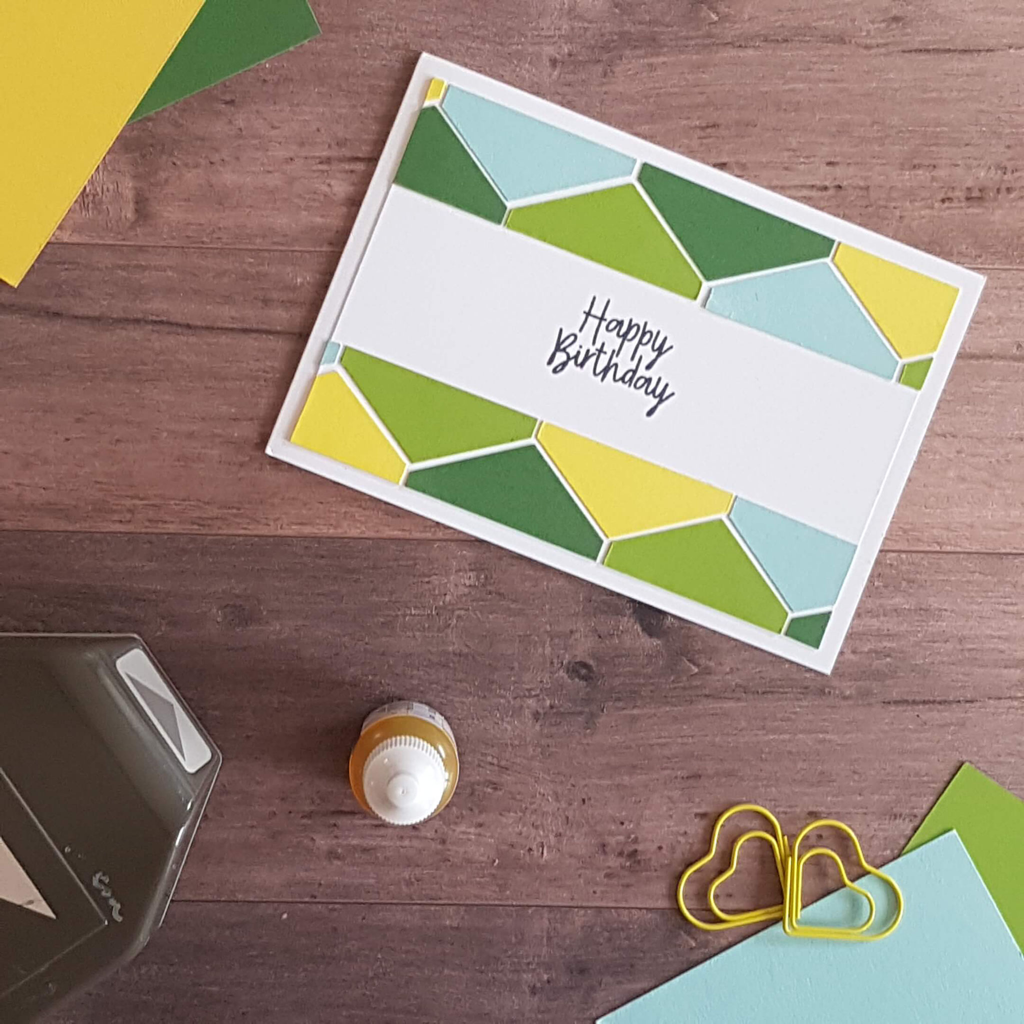 3. Hier habe ich das Muster des Geschenkpapiers aufgenommen - hergestellt mit der Fähnchenstanze (Abfallstücke) von Stampin' Up!