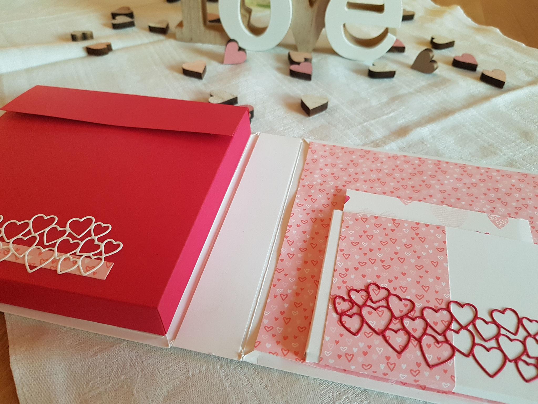 In der linken kussroten Tasche verbirgt sich eine leckere Vollnussschoki - die Lieblingsschokolade meines Liebsten! In der rechten ein ganz analoger altmodischer Liebesbrief! ;-)