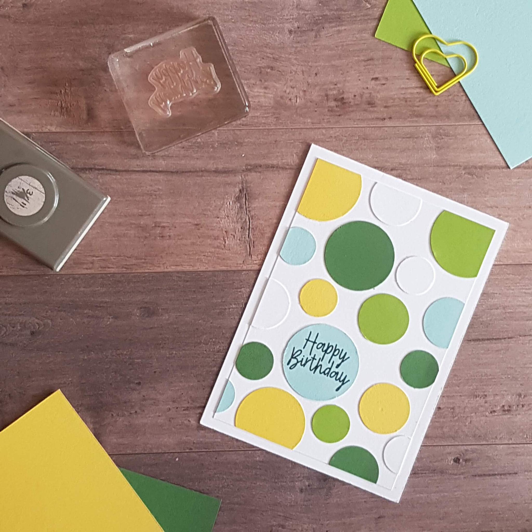 2. Farblich passendes Papier mit verschiedenen Kreisstanzen ausstanzen und die Punkte wild durcheinander aufkleben!