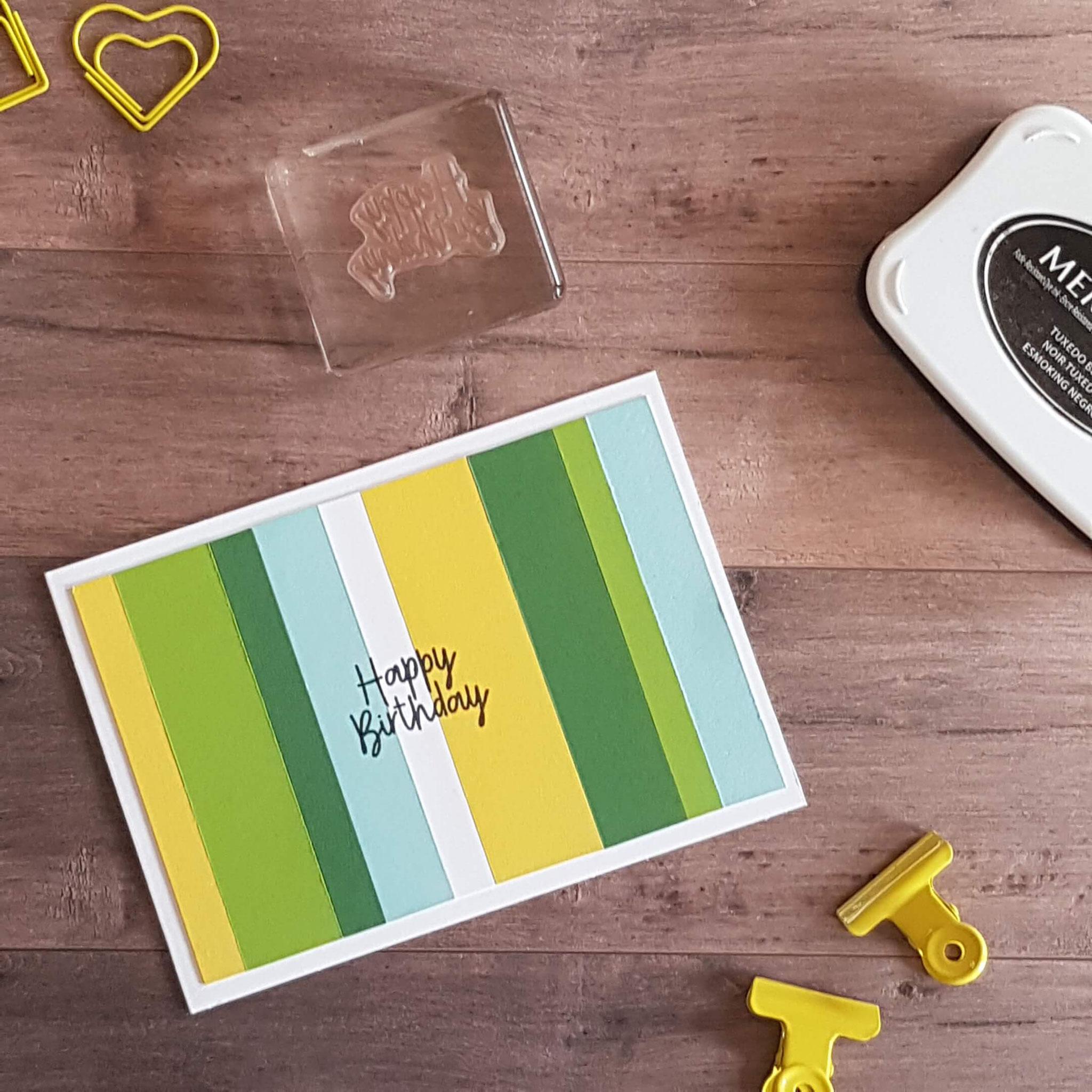 4. Das farblich passende Papier in verschieden breite Streifen schneiden und aufkleben! Eignet sich super zur Resteverwertung!