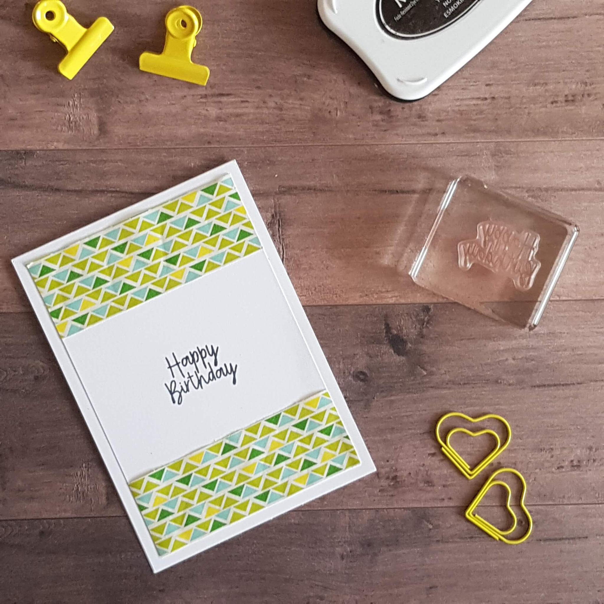 1. Einfach einen Streifen Geschenkpapier an den oberen und unteren Rand der Karte geklebt, Stempel drauf, fertig!