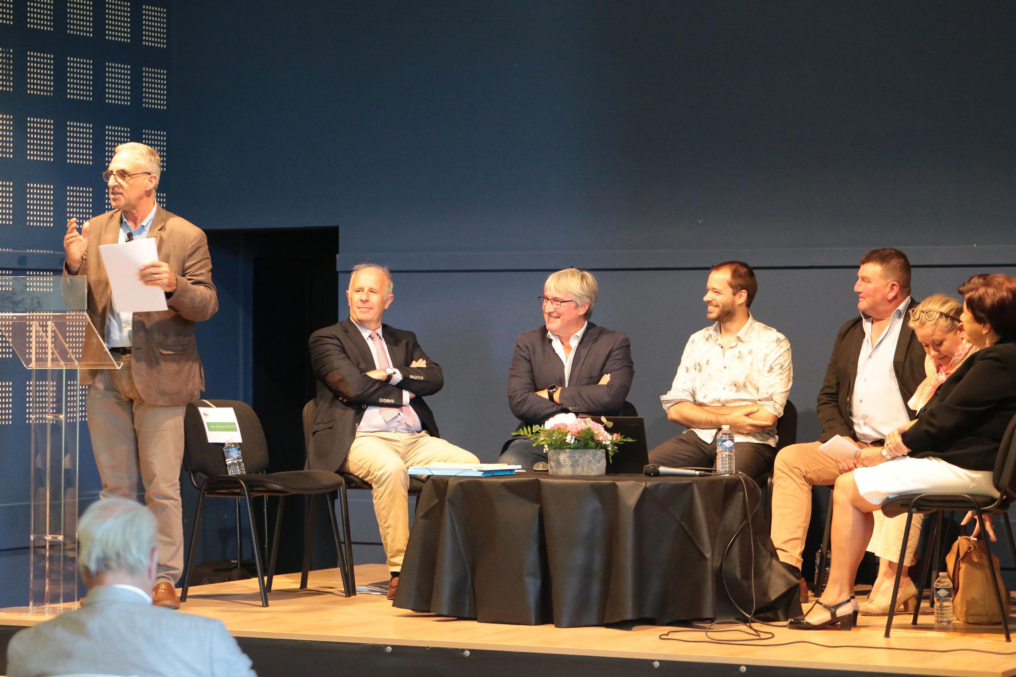 Conférence débat animée par M.OUVRY, Directeur de l'AREAS. Les conférenciers (de gauche à droite) M. BLOC, M. COSTA, M. PARIZEL, M. DILARD, Mme BIDAULT et Mme PIMONT.