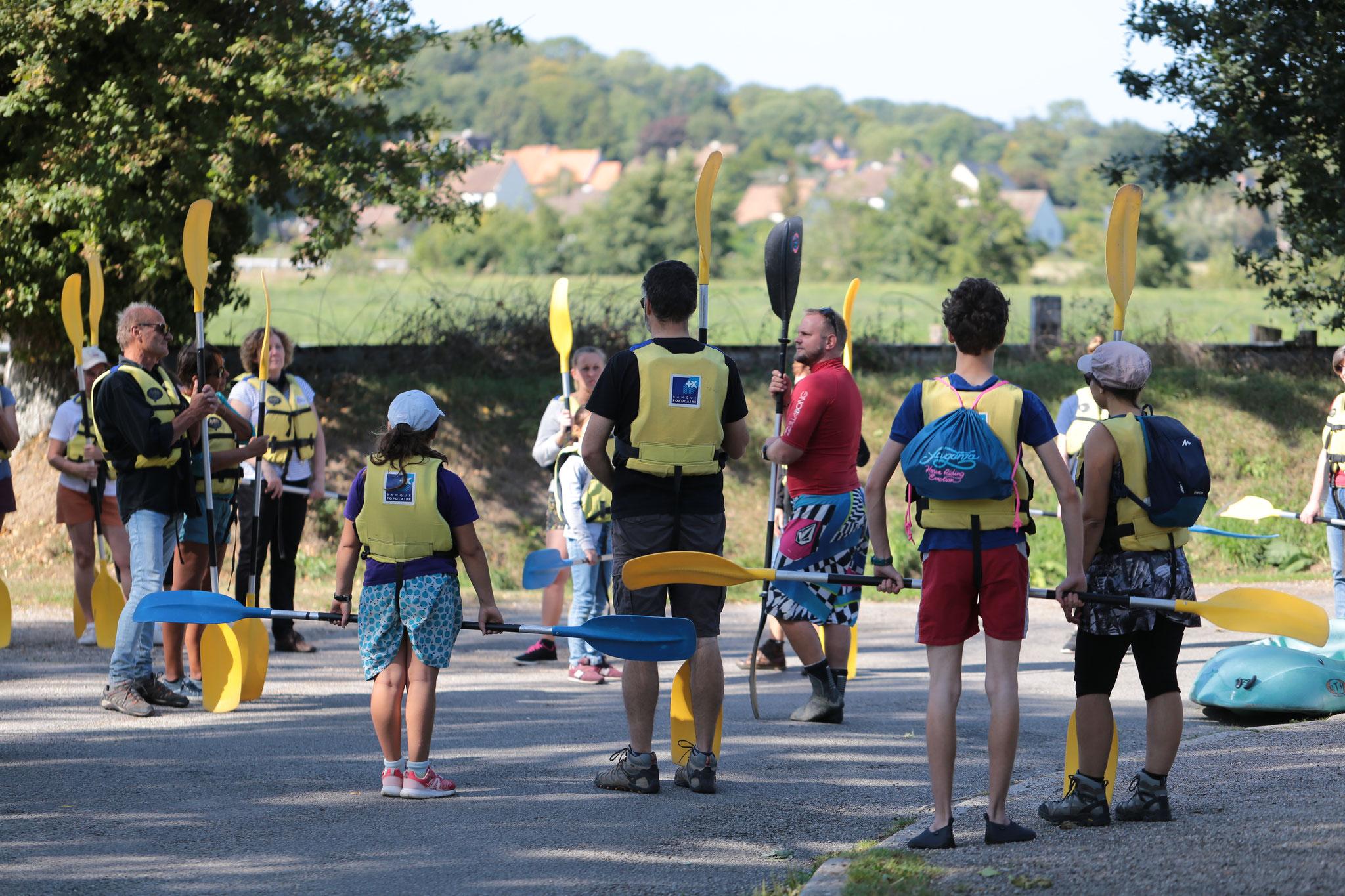 Préparation des participants avant la descente en canoë.