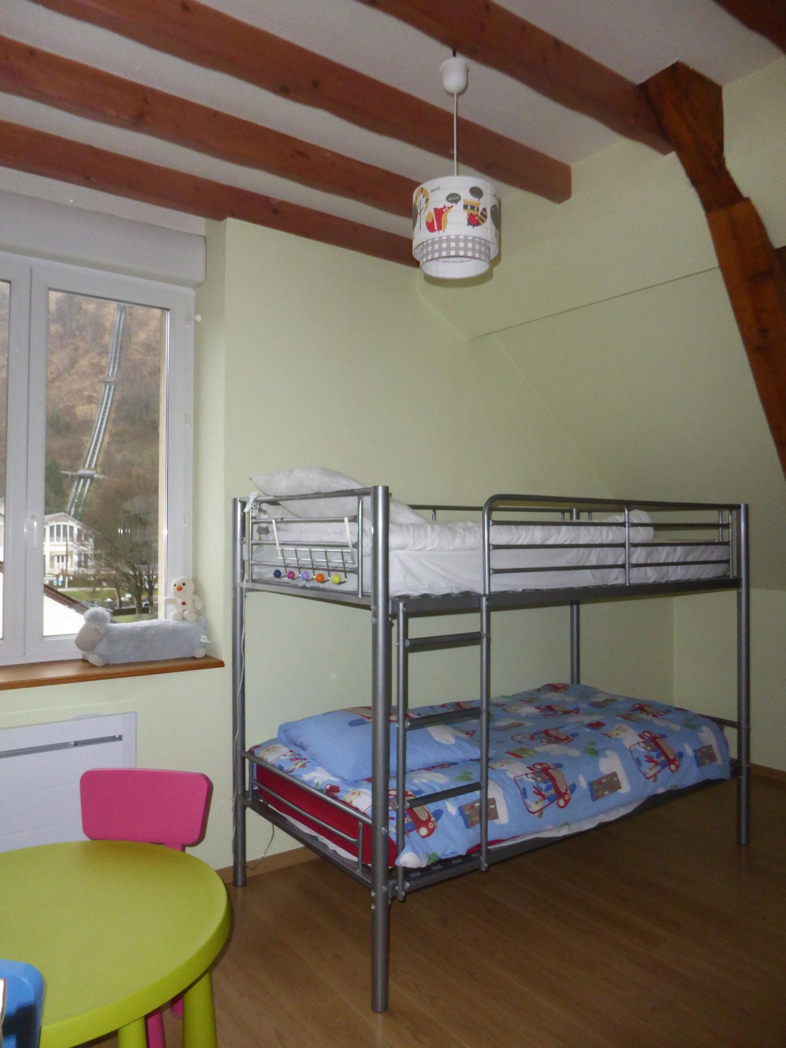 La chambre avec lits superposés en 90, matelas neufs
