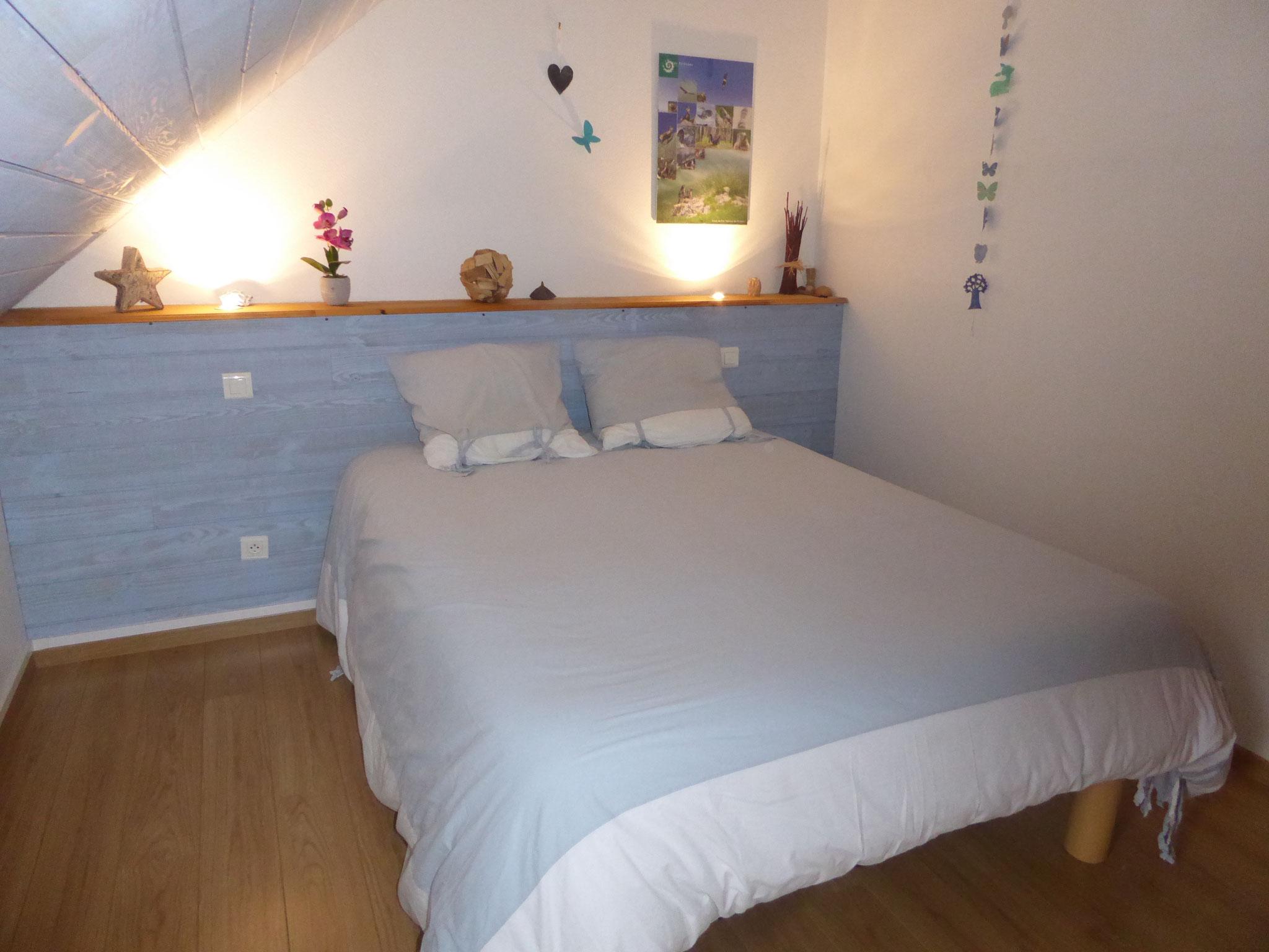 La chambre parentale avec literie confortable en 140