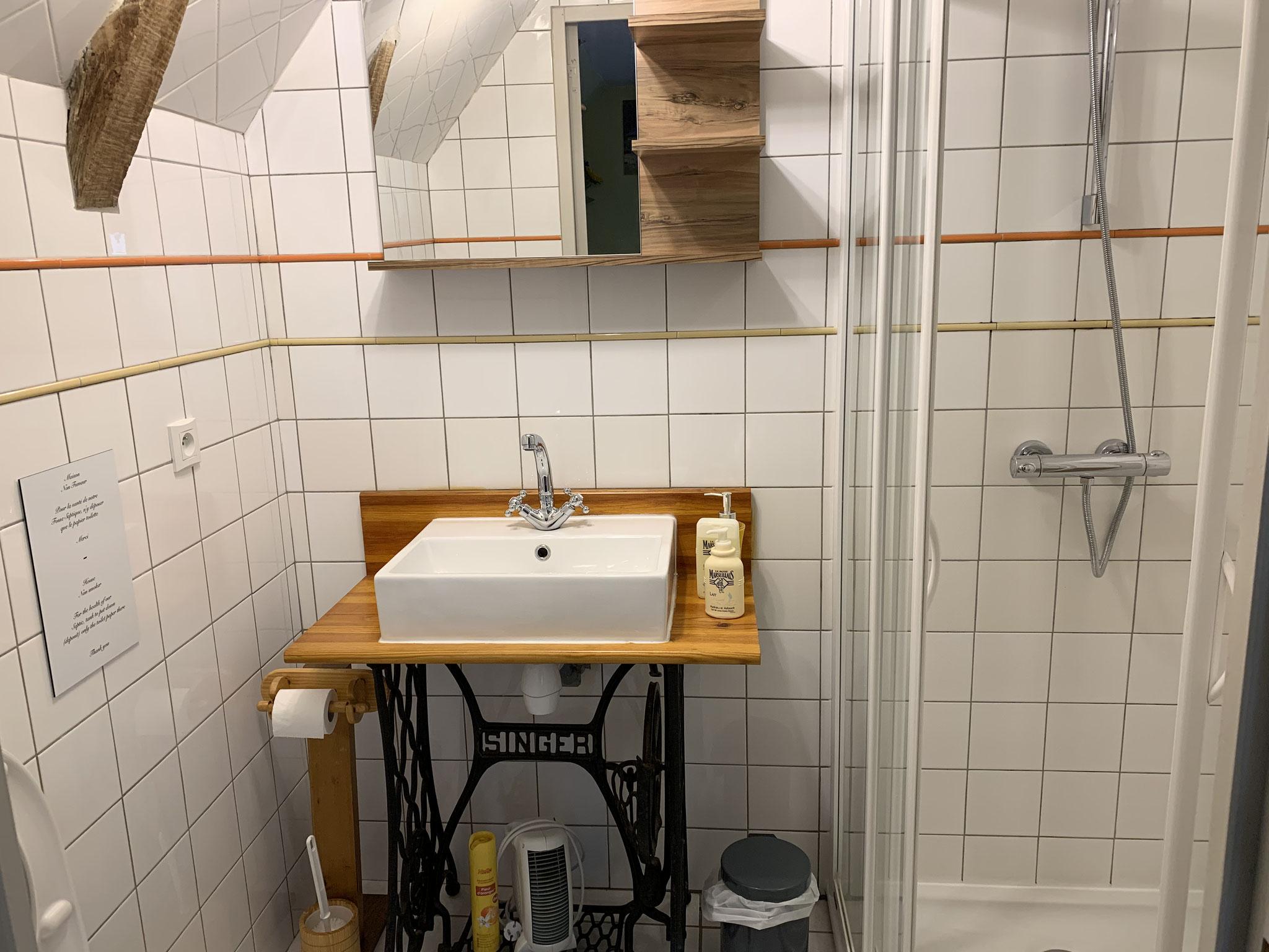 Salle de bain chambre été.
