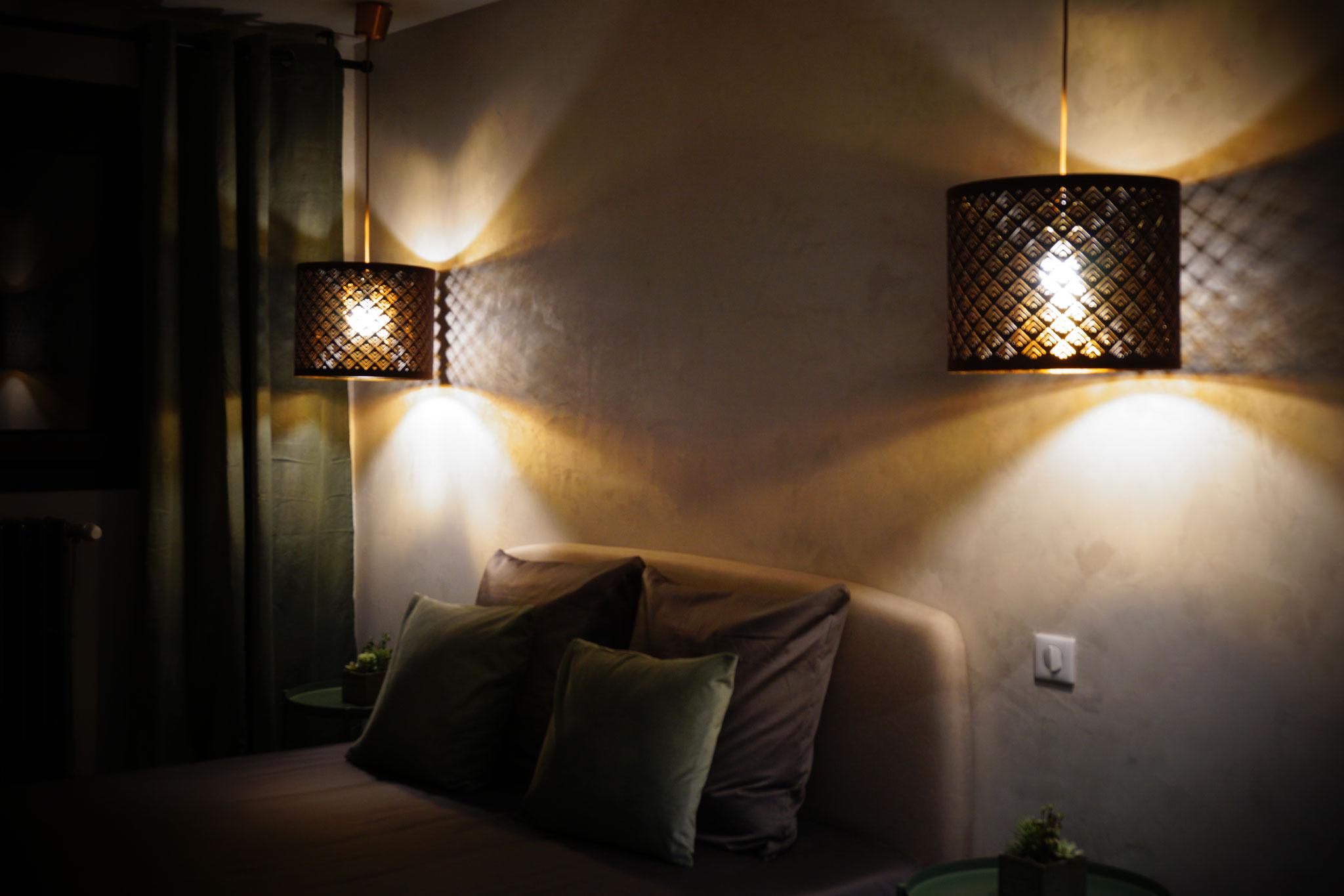 """Gîte """"Les Cépages"""", vue intérieure de la Chambre """"Boisée"""" : tête de lit, luminaires"""