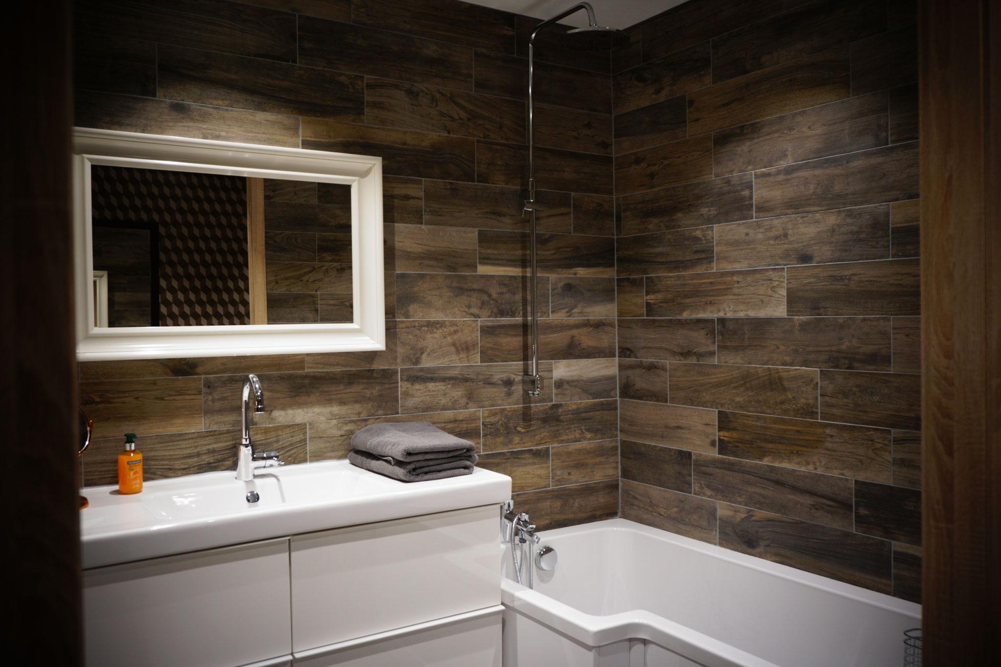 """Gîte """"Les Cépages"""", vue intérieure de la Chambre """"Boisée"""" : salle de bain (lavabo, baignoire)"""