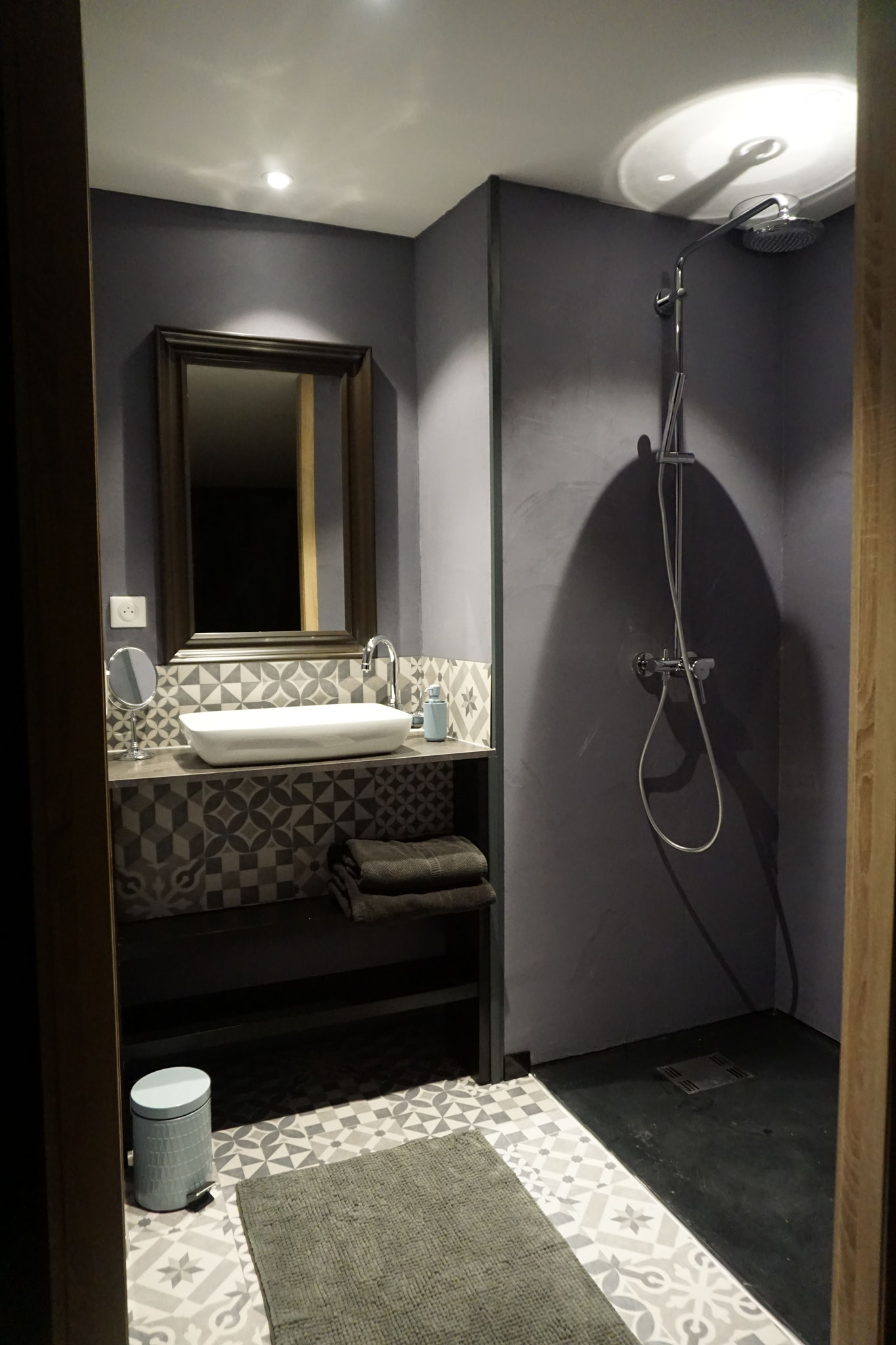 """Gîte """"Les Cépages"""", vue intérieure de la Chambre """"Minérale"""" : salle de bain (lavabo, douche)"""