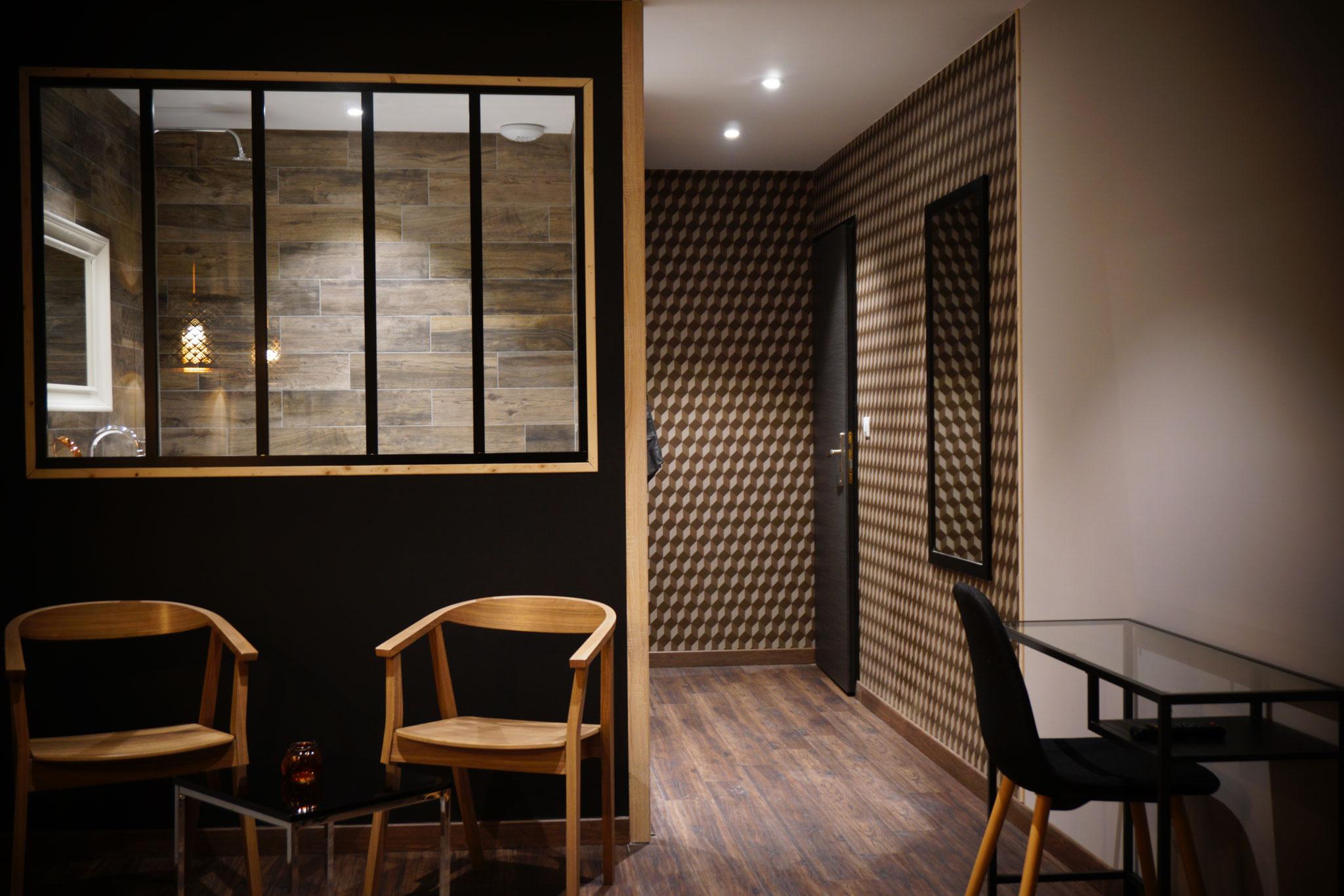 """Gîte """"Les Cépages"""", vue intérieure de la Chambre """"Boisée"""" : espace de vie, entrée, couloir"""