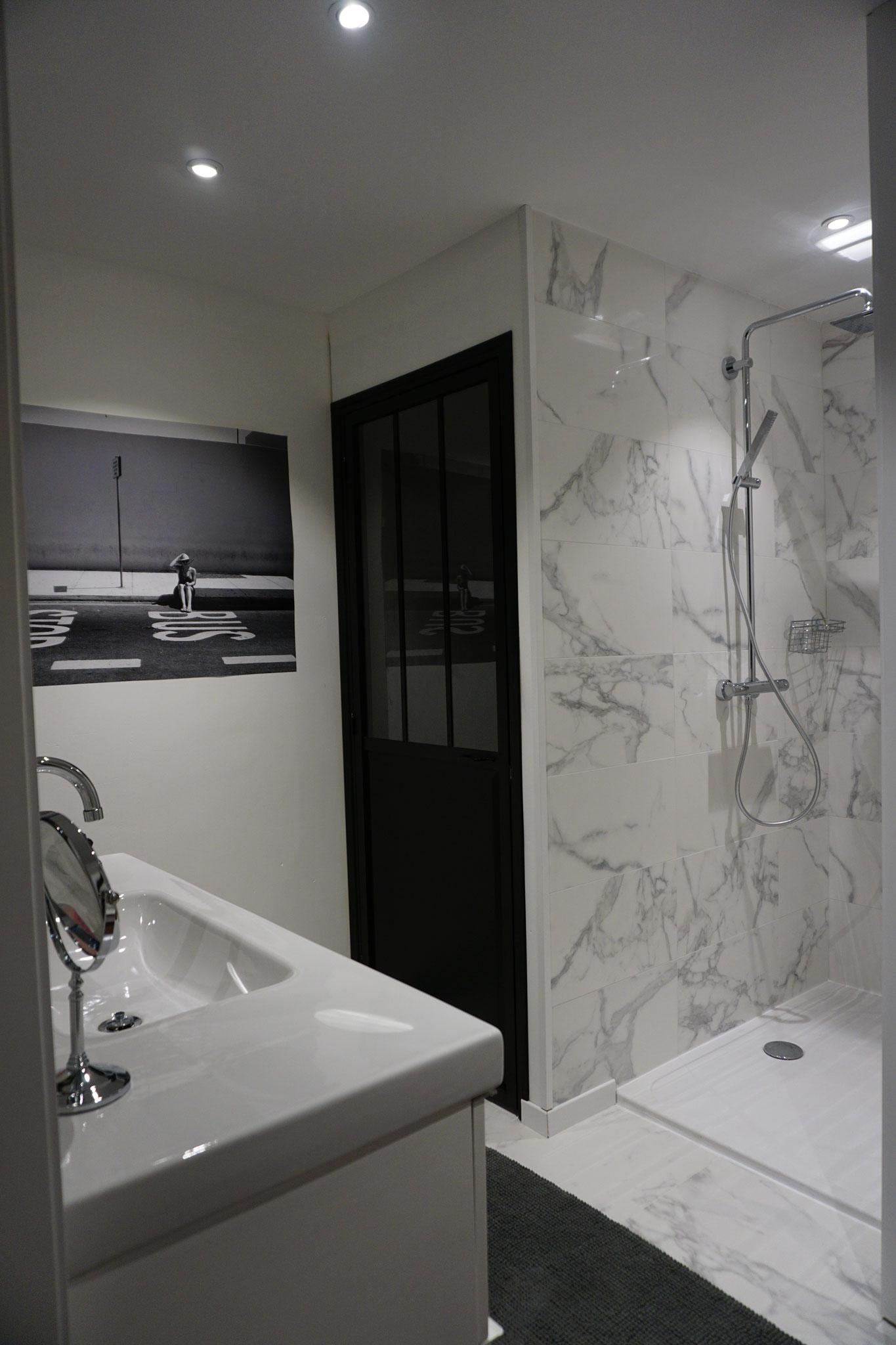 """Gîte """"Les Cépages"""", vue intérieure de la Chambre """"Fleurie"""" : salle de bain (lavabo, WC, douche)"""