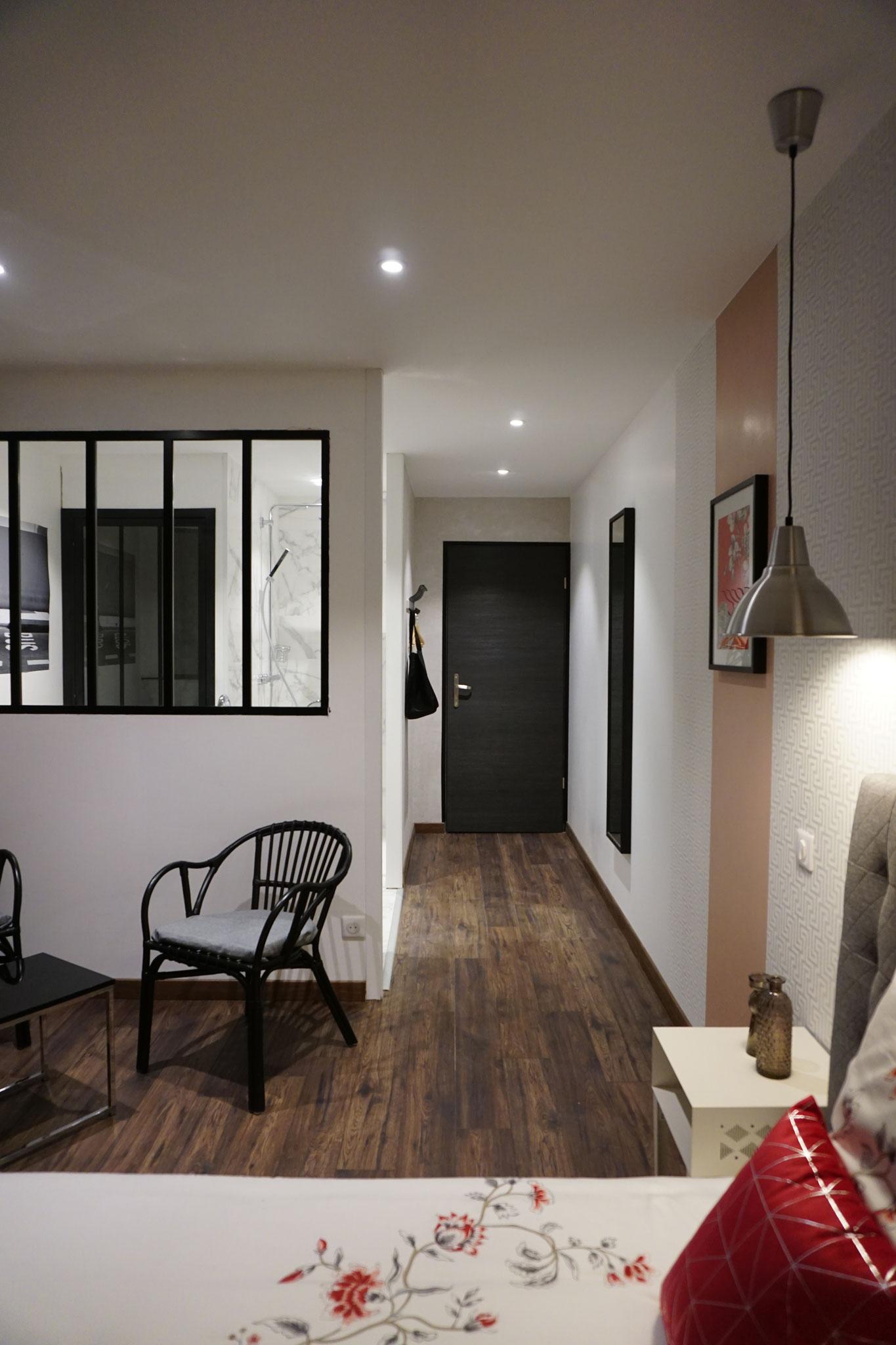 """Gîte """"Les Cépages"""", vue intérieure de la Chambre """"Fleurie"""" : espace de vie, entrée, couloir"""