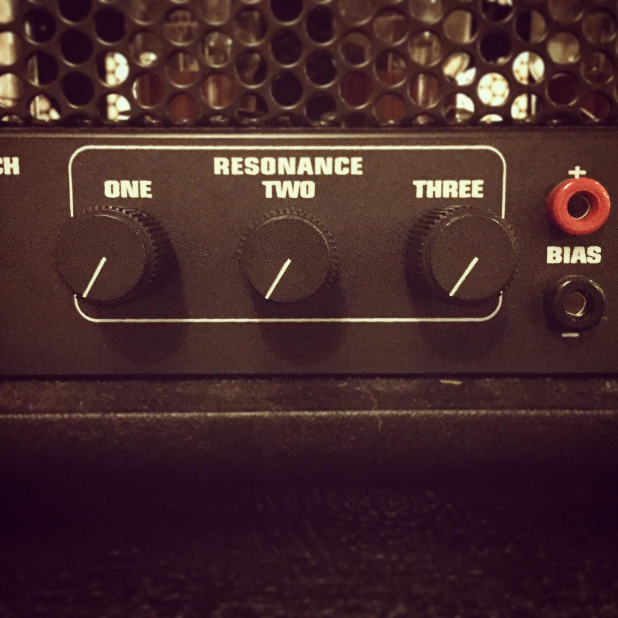 RESONANCE ここで「低音の鳴り」を調整できます。