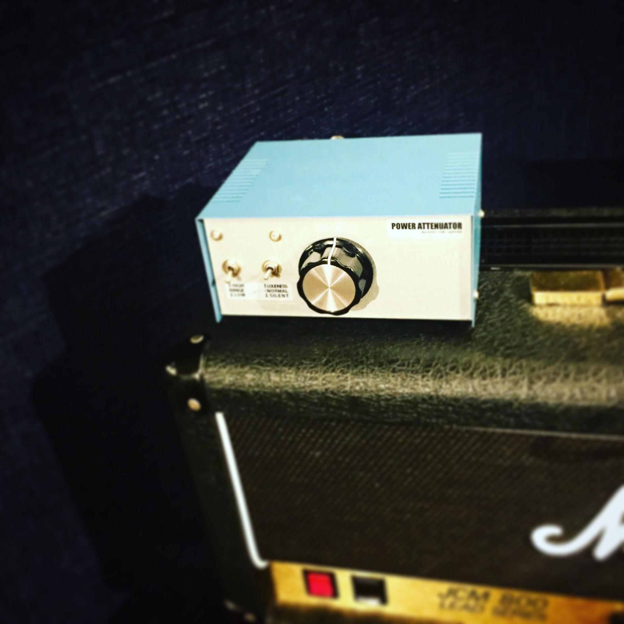アッテネーター 真ん中のノブで音量を調整 JCM800に接続中