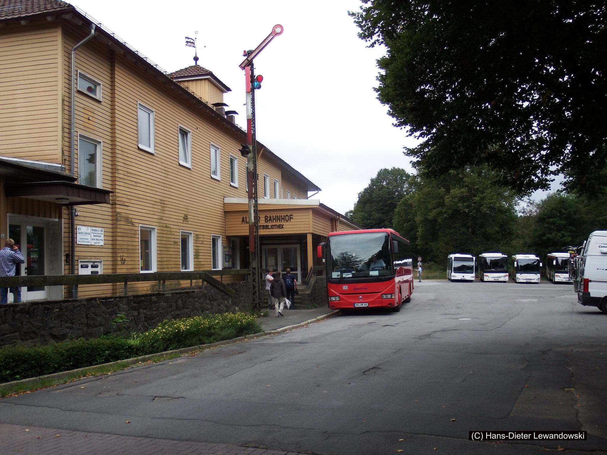 """Der """"Rote Bahnbus"""" vor dem ehemaligen Bahnhof Clausthal-Zellerfeld"""