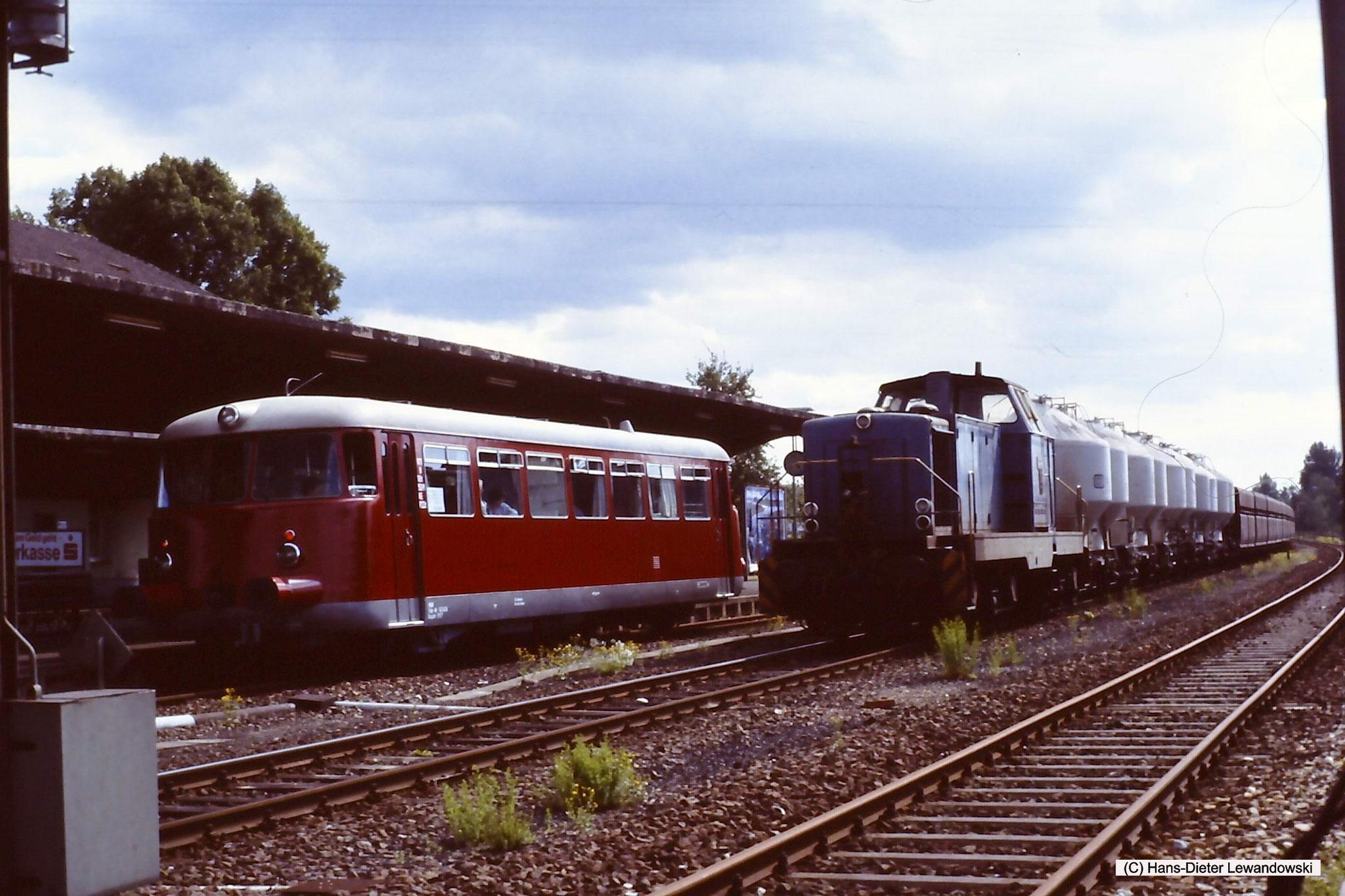 Der VT steht am Bahnsteig in Salzgitter-Bad und der VPS-Zug läuft soeben aus Ringelheim ein, um danach auf das Netz der VPS überzugehen