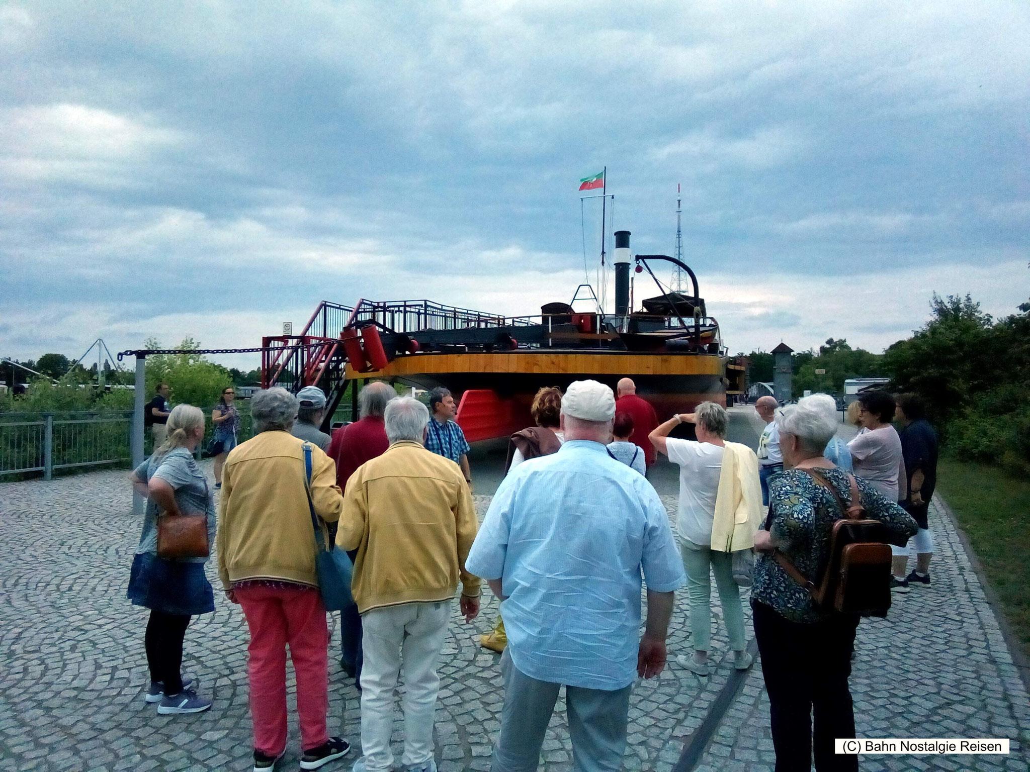 Unsere Reisegruppe im Wissenschaftshafen von Magdeburg
