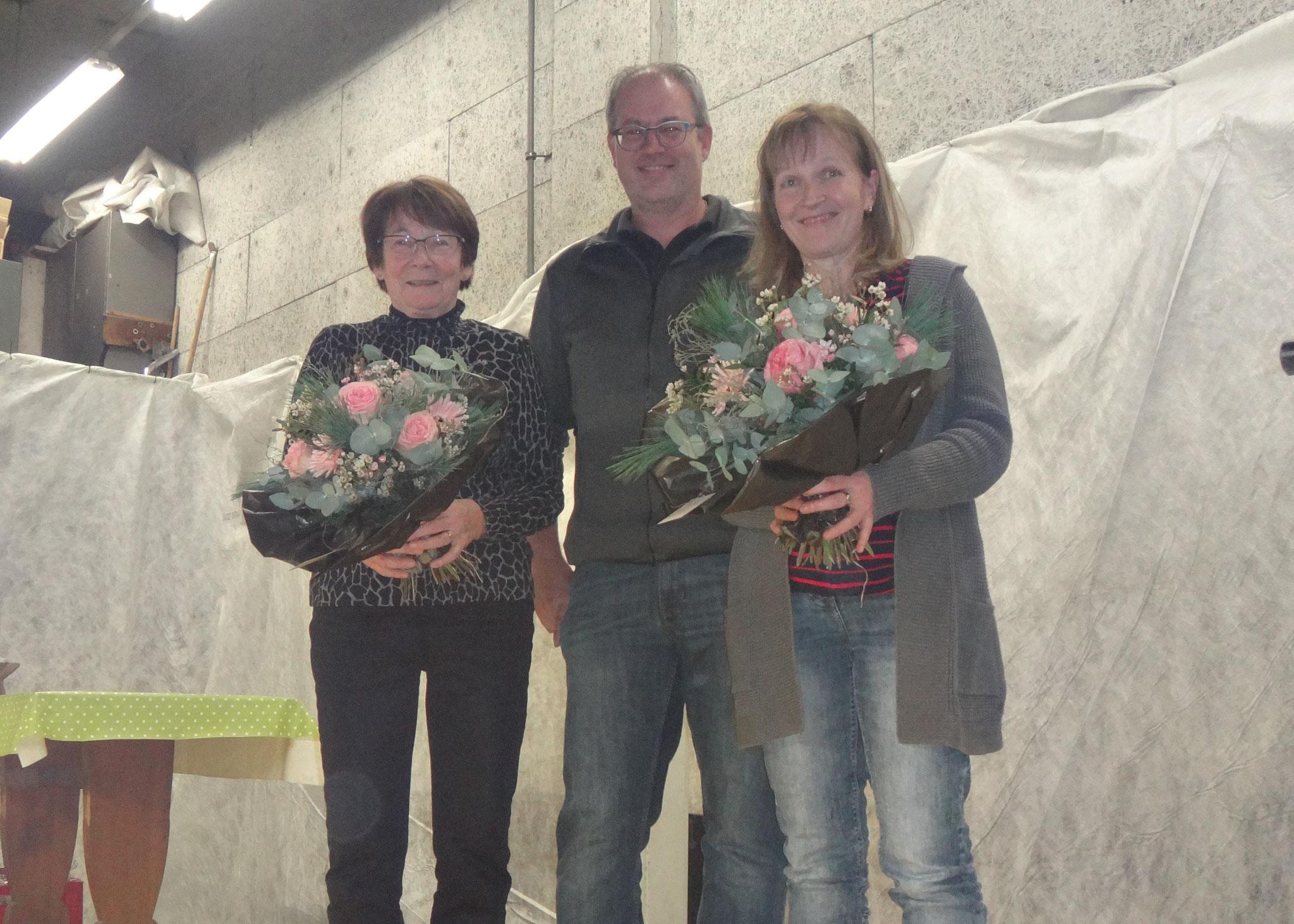 Sie richteten den Saal festlich an, zusammen mit Markus Tonazzi: Maria Käppeli (l.) und Susanne Käppeli (r.)