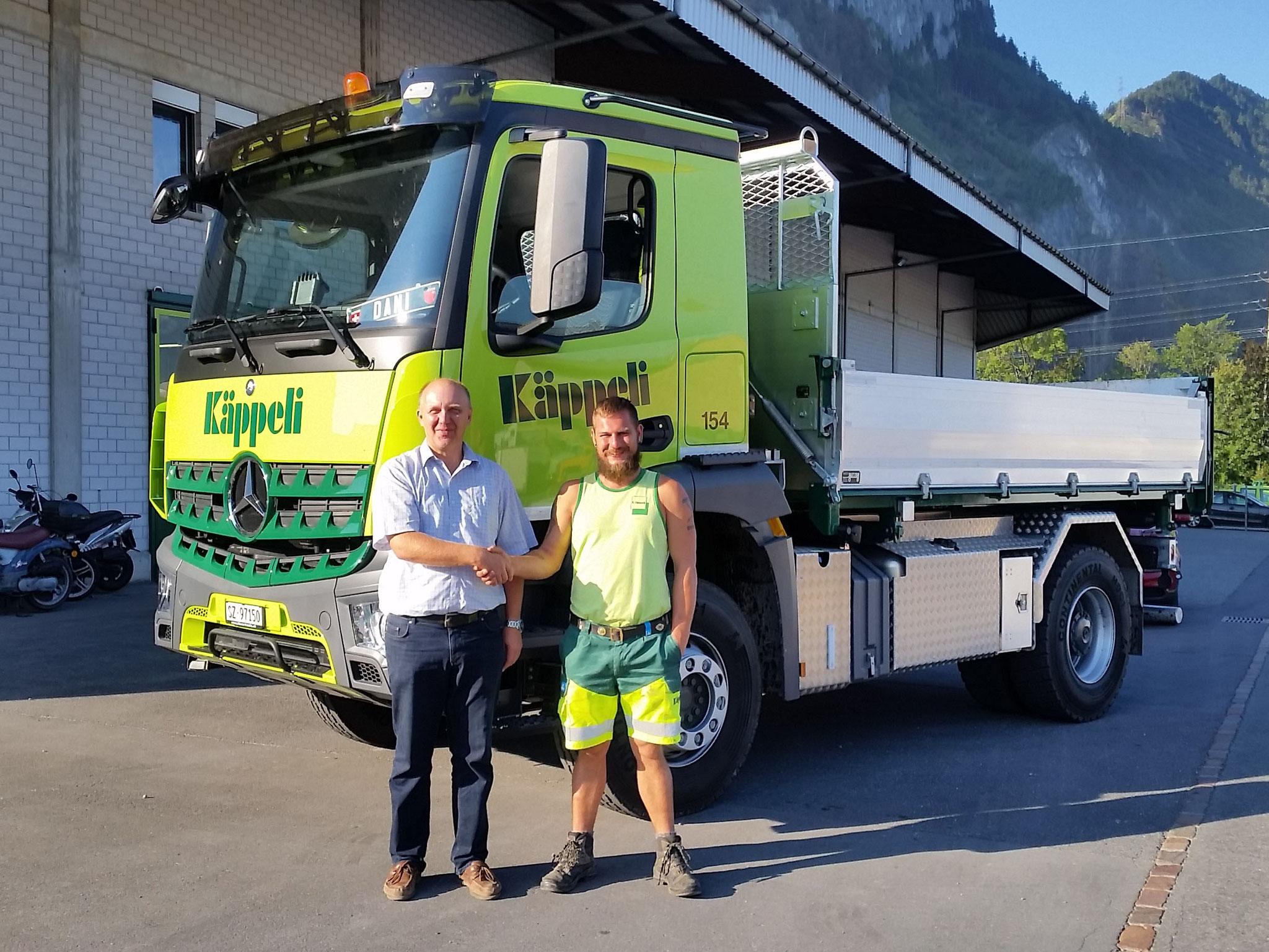"""22. August 2018: Lukas Käppeli übergibt Lastwagenfahrer Dani Schilter den Actros zur sorgfältigen Führung: """"Gute Fahrt"""""""