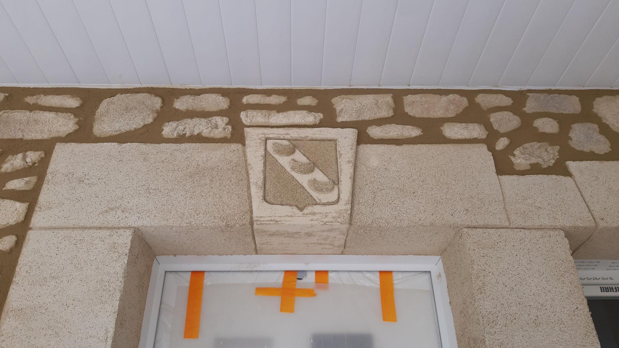 Blason de Nant sur clef de voute de porte d'entrée