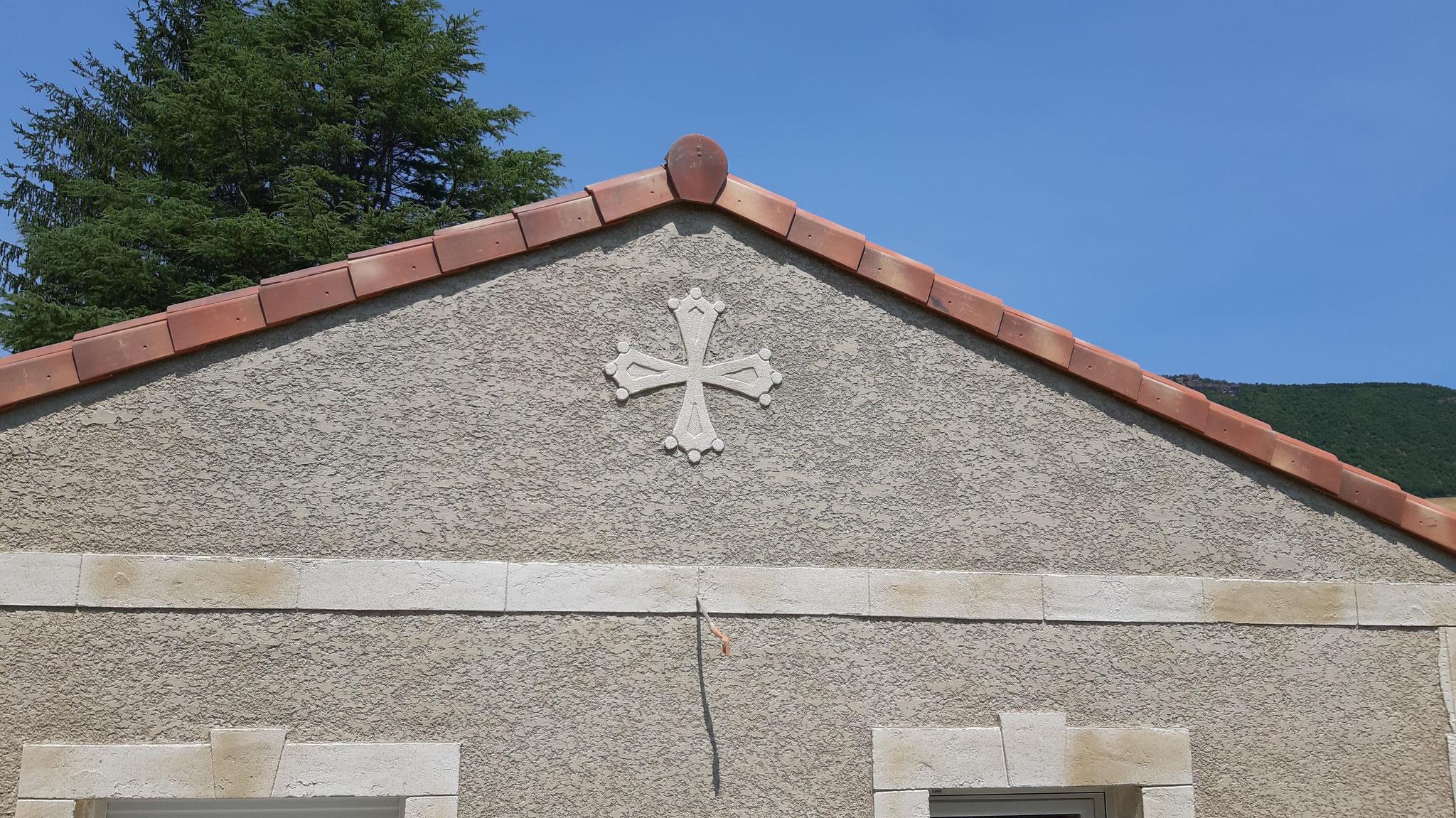 Croix du langudoc en décoration de façade en crépis finition écrasé